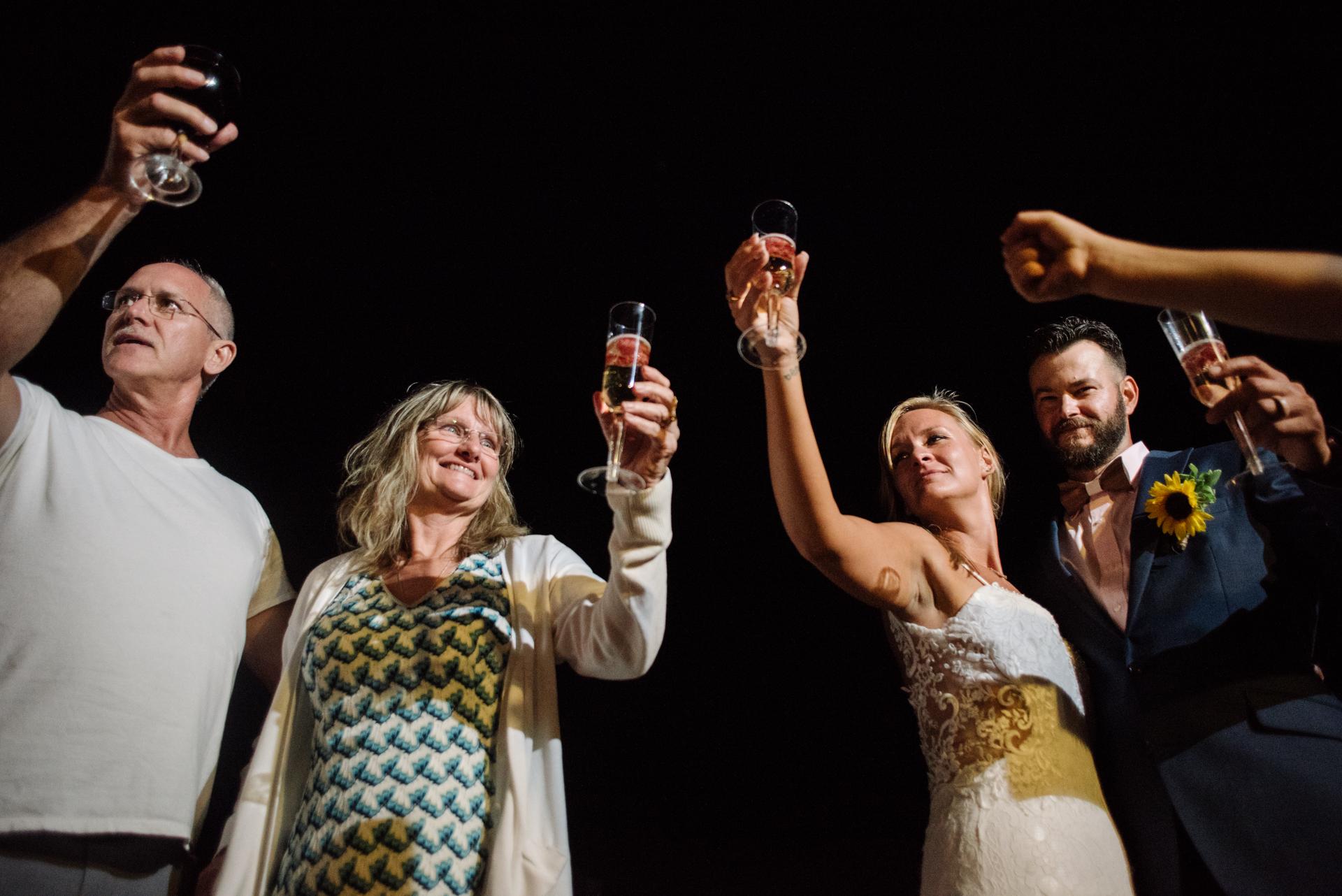 New Jersey kleine Hochzeit Elopement Foto | Braut und Bräutigam beenden den Abend mit einem Toast mit der nahen Familie und Freunden