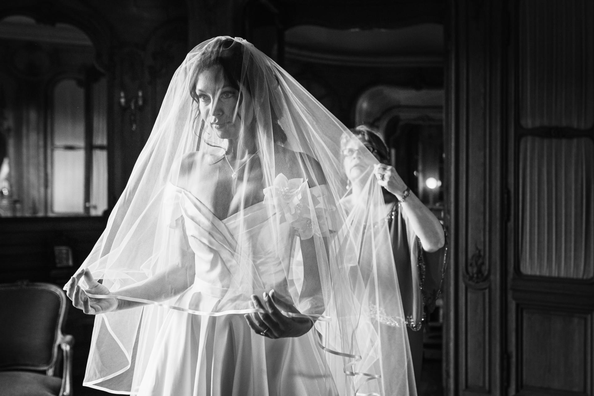 Frankreich Braut Elopement Fotografie | Die Mutter der Braut, die an diesem wundervollen Tag anwesend war, hilft ihr, den Schleier vor der Zeremonie anzupassen