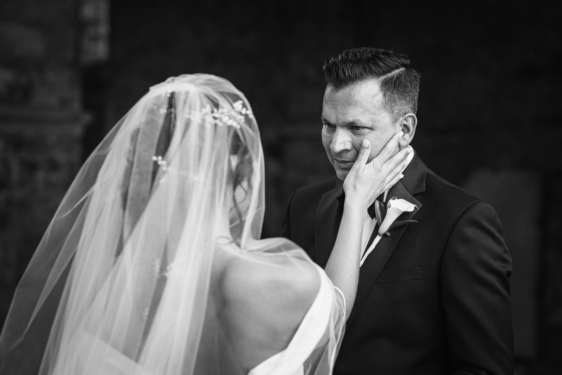 Frankreich Braut und Bräutigam Elopement Image | Die Braut ist da, um sanft eine Träne vom Auge des Bräutigams abzuwischen