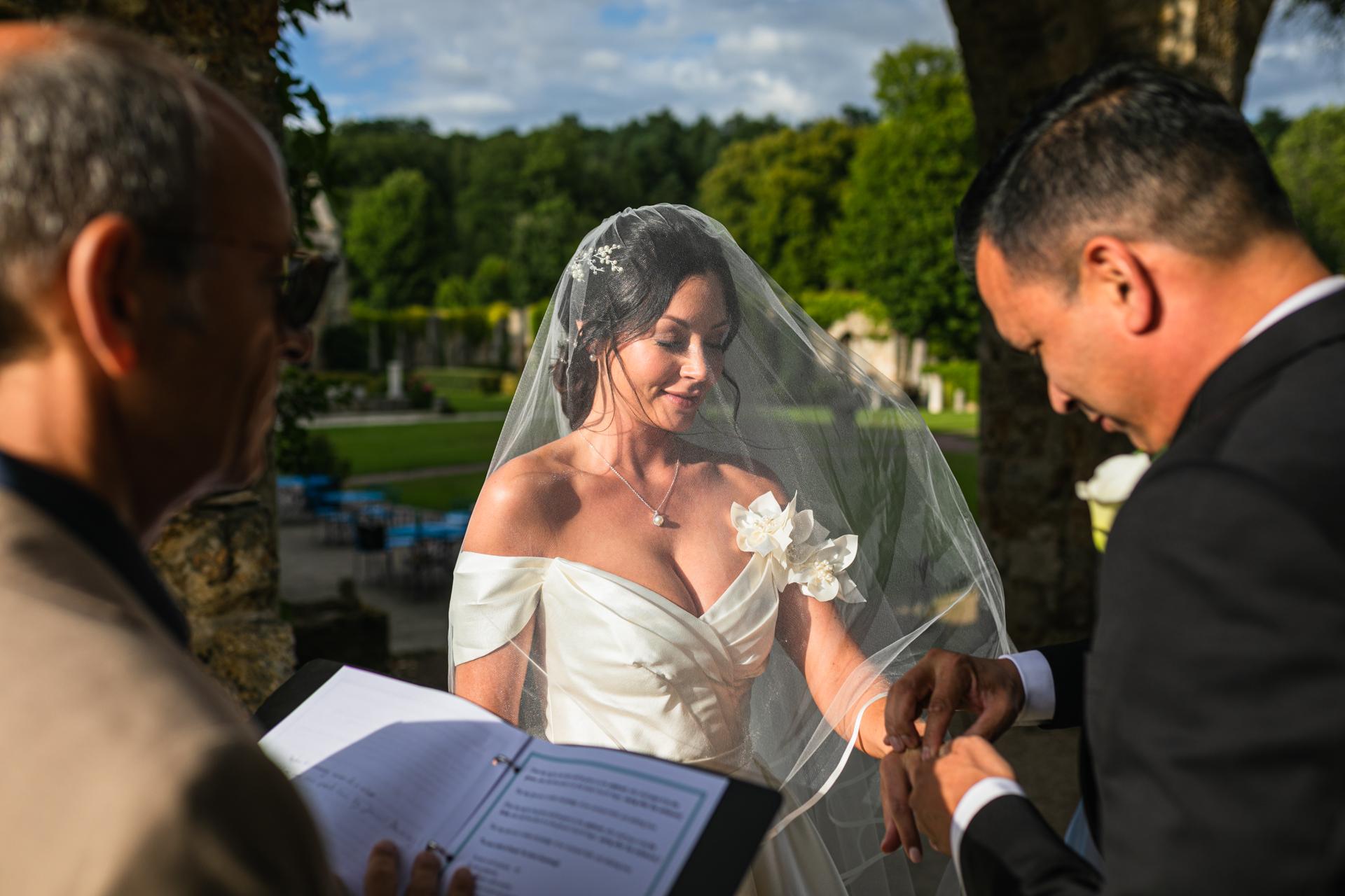 Frankreich Outdoor Elopement Bild | Der Bräutigam kann ihr seinen Ehering geben.