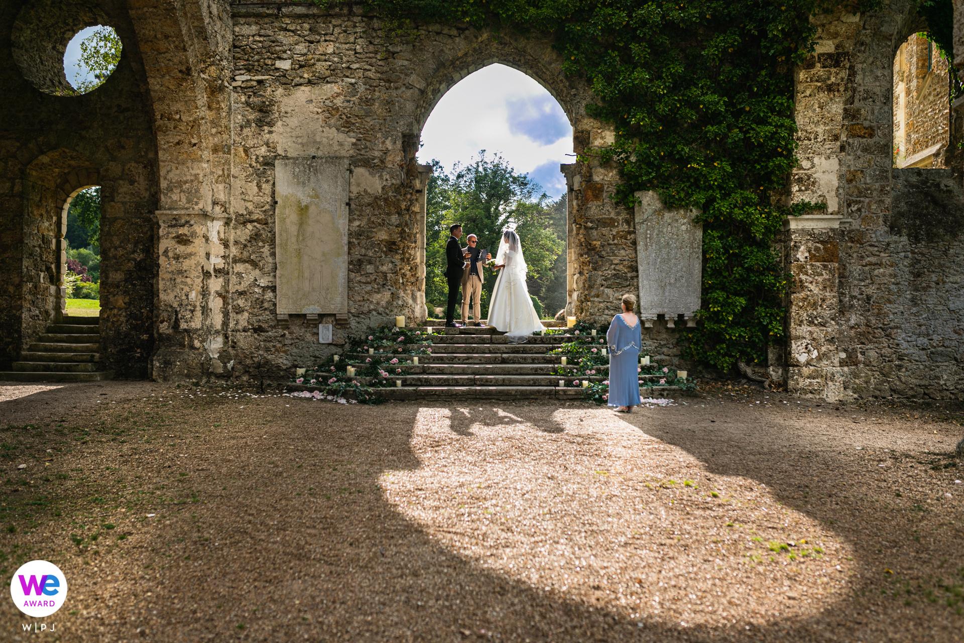 Steinabtei in Frankreich - Elopement Fotograf | Sie wollten in Frankreich heiraten. Die Abtei hatte eine unglaubliche Kulisse für ihre Zeremonie, die unter einem steinernen Torbogen stattfand