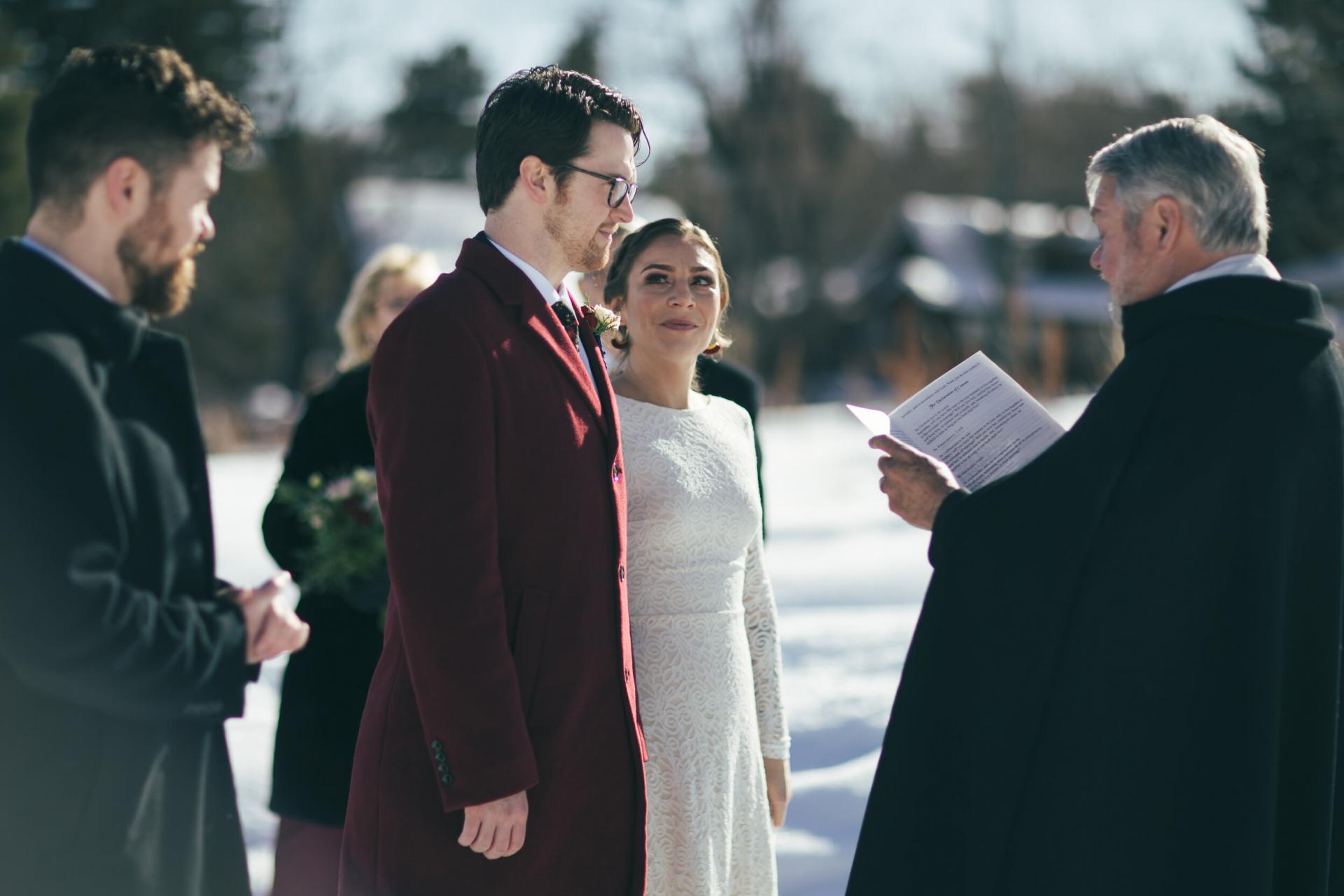Boulder Winter Elopement Zeremonie Bild | Der Vater des Bräutigams führt die 10-Personen-Zeremonie durch