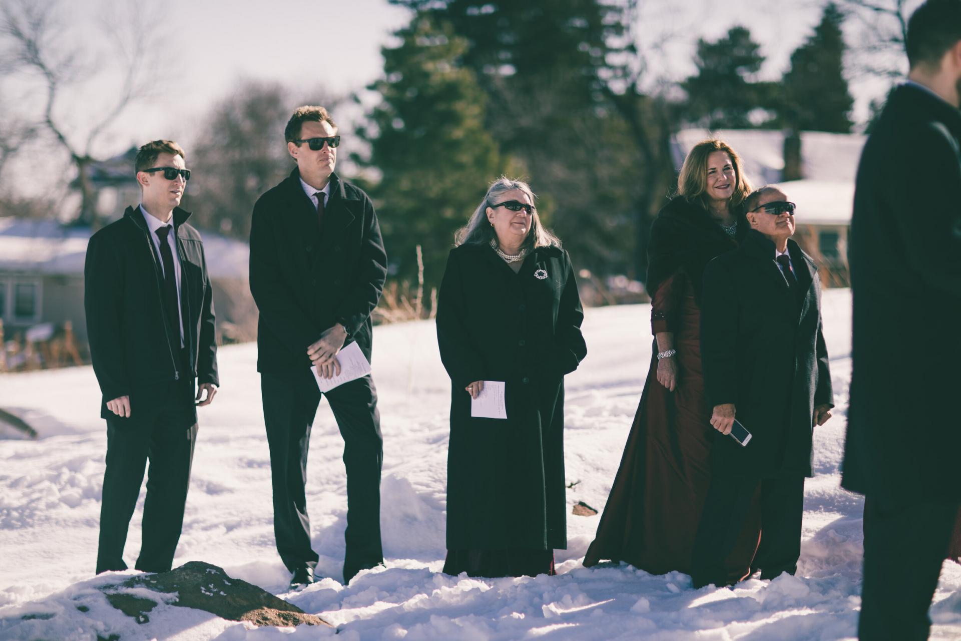 Boulder Winter Elopements - Fotos der Schneezeremonie | Familienmitglieder schauen zu