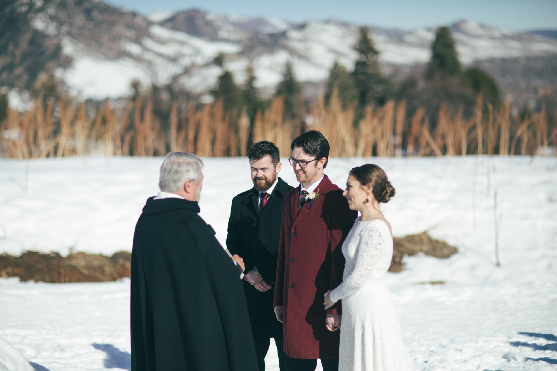 CO Winter Elopement Zeremonie Fotografie | Bruder und Trauzeuge stehen als Zeuge bereit