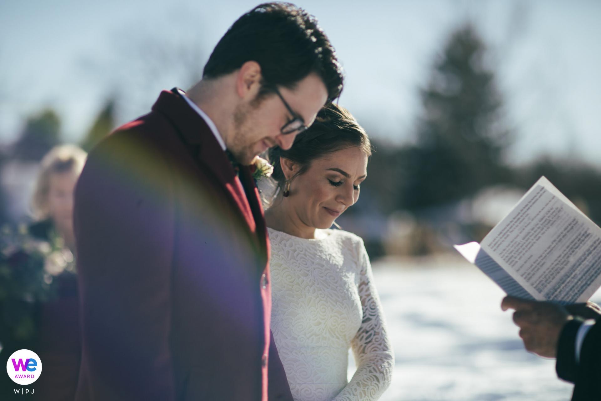Boulder, Colorado Elopement Zeremonie Foto | Braut und Bräutigam neigen während ihrer Zeremonie ihre Köpfe zum Gebet