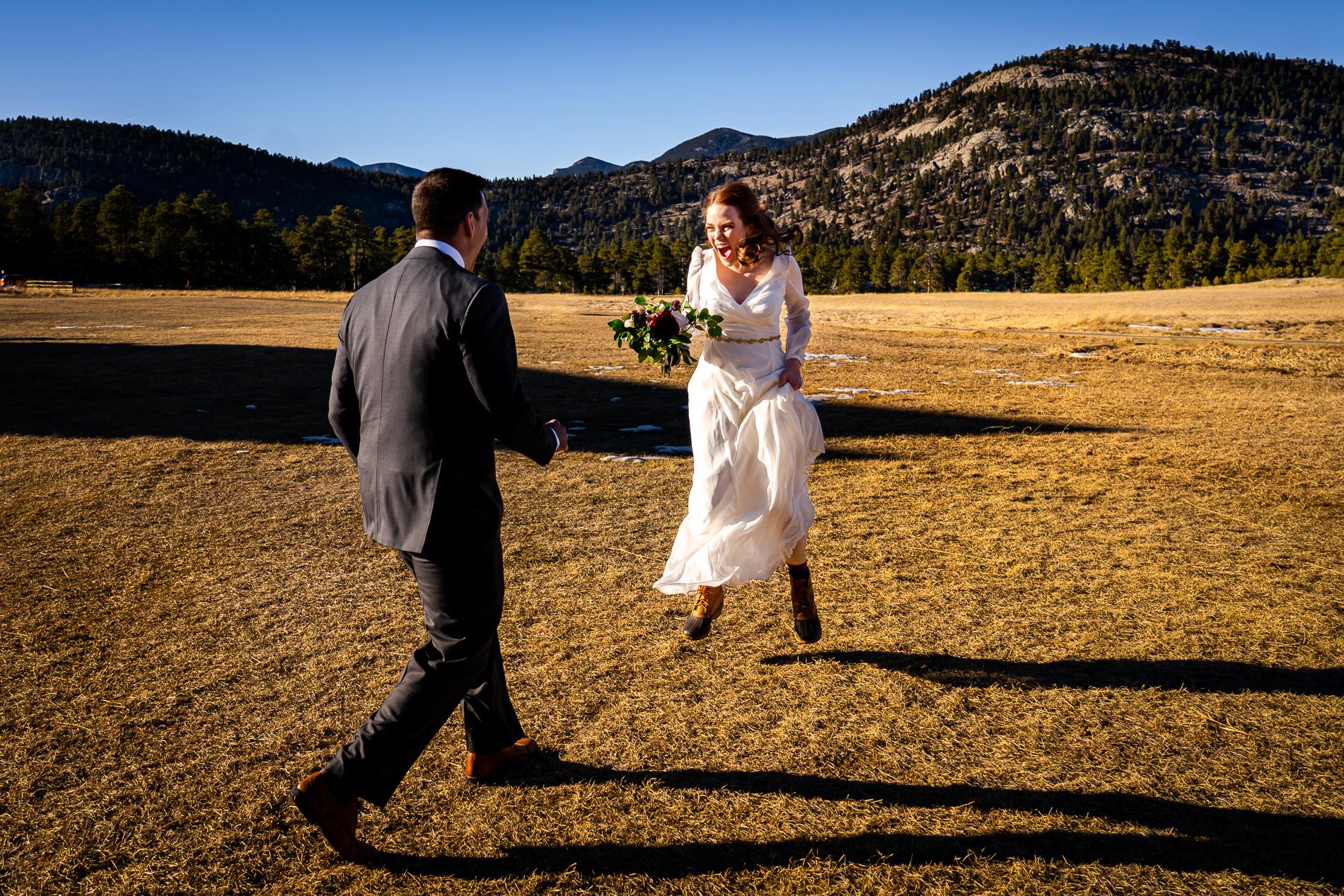 Evergreen, Colorado Elopement Photos | La mariée saute en l'air avec excitation alors qu'elle s'apprête à s'enfuir avec son fiancé