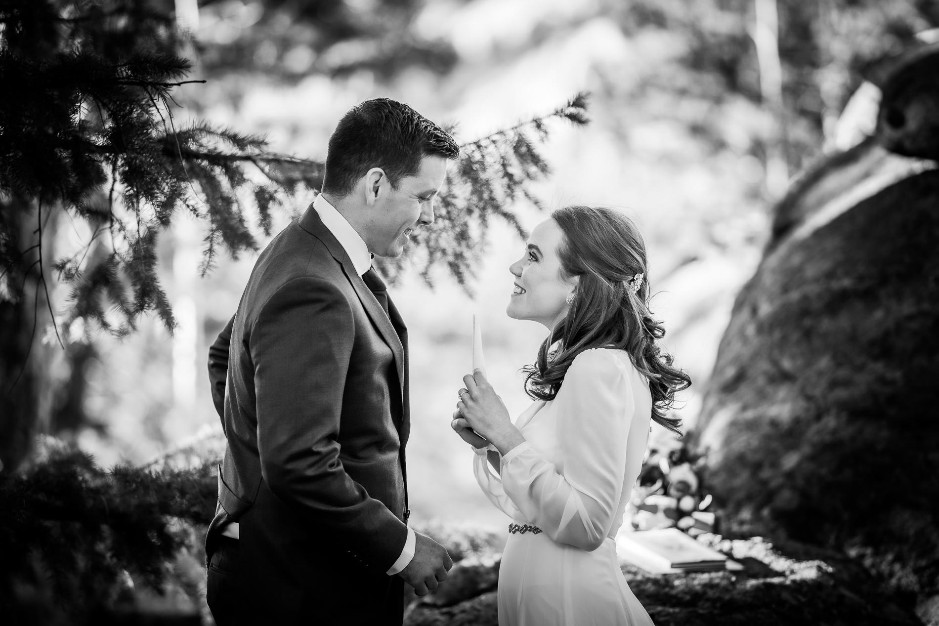 Image de la cérémonie de sortie du Colorado | La mariée sort ses vœux alors qu'ils commencent leur cérémonie privée au parc Alderfer / Three Sisters