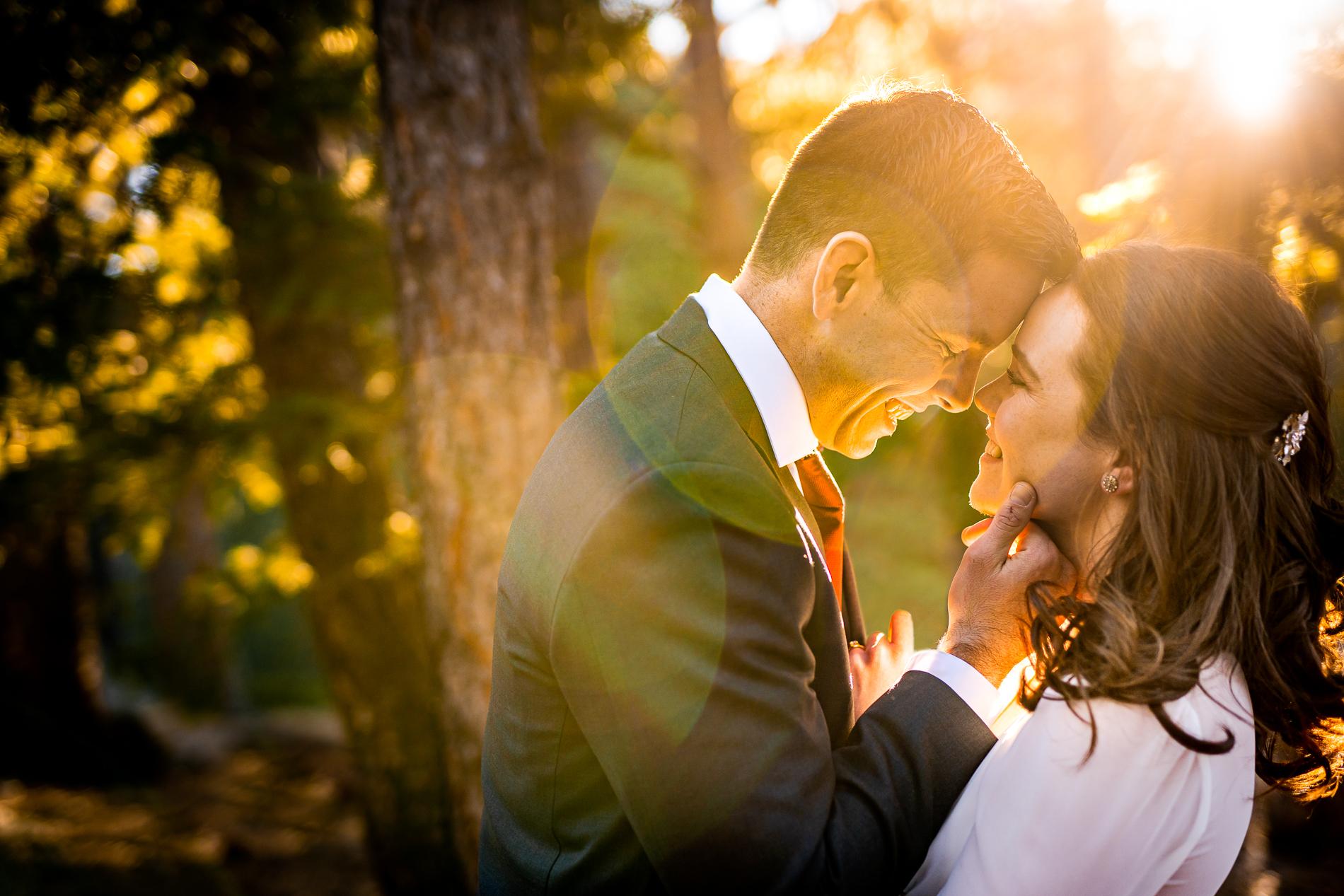 Portrait de couple de mariage Elopement Colorado | Jeunes mariés posant pour une séance de lumière du soleil