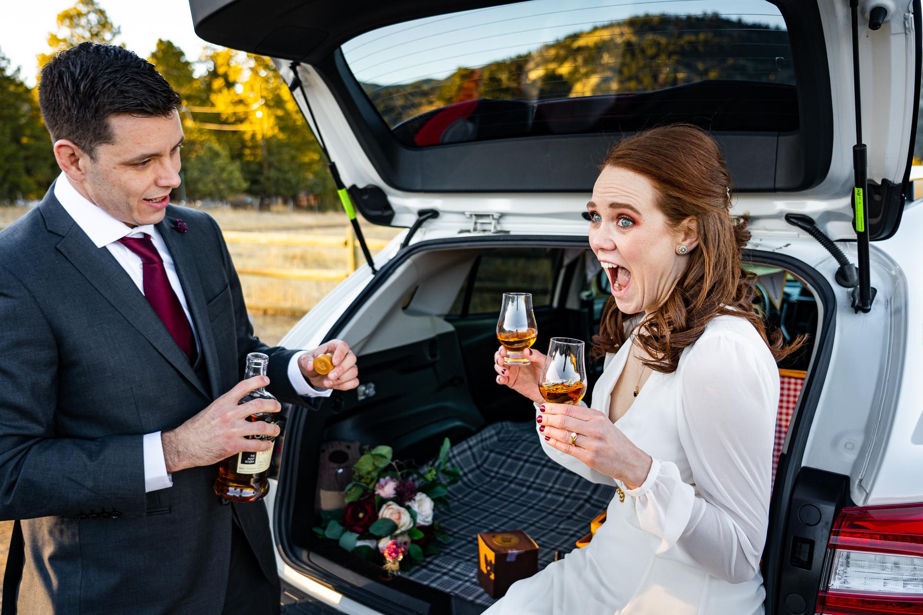 Colorado Elopement Couple | De retour à leur voiture, ils avaient prévu un mini pique-nique pour les jeunes mariés