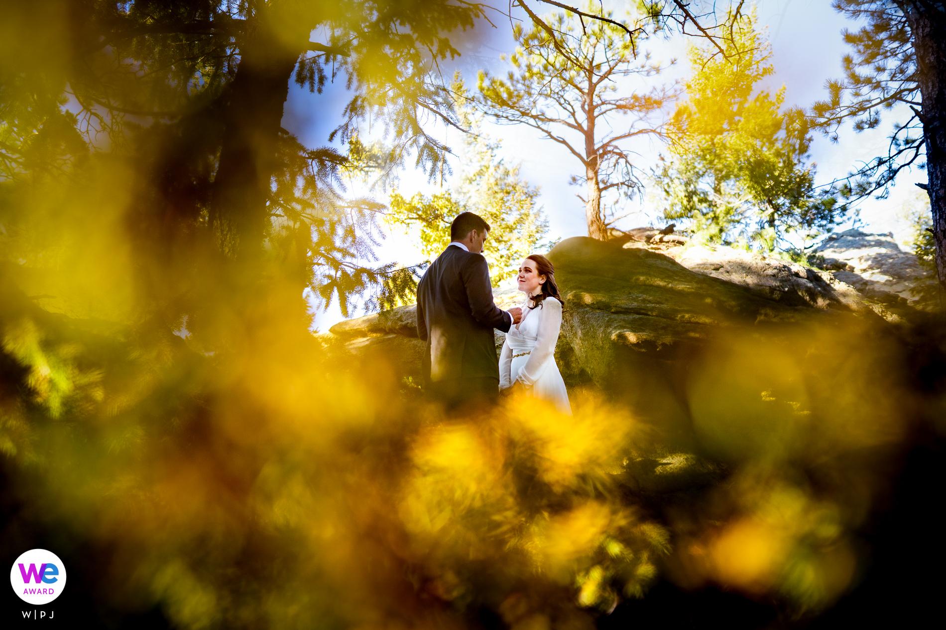Parc des Trois Sœurs Alderfer à Evergreen, Colorado Photos Elopement | Le marié lit ses vœux à la mariée au milieu de la cérémonie de la montagne boisée