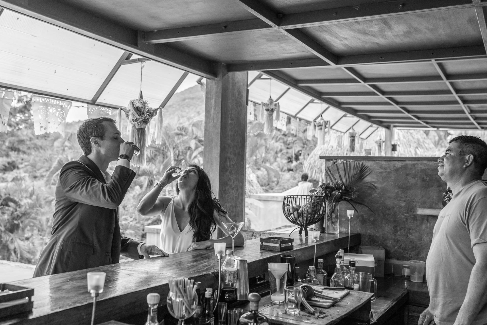 Yelapa, Mexique mariage Elopement Images   La mariée et le marié partagent un verre au bar en plein air de Verana Boutique Homes, Yelapa, Mexique