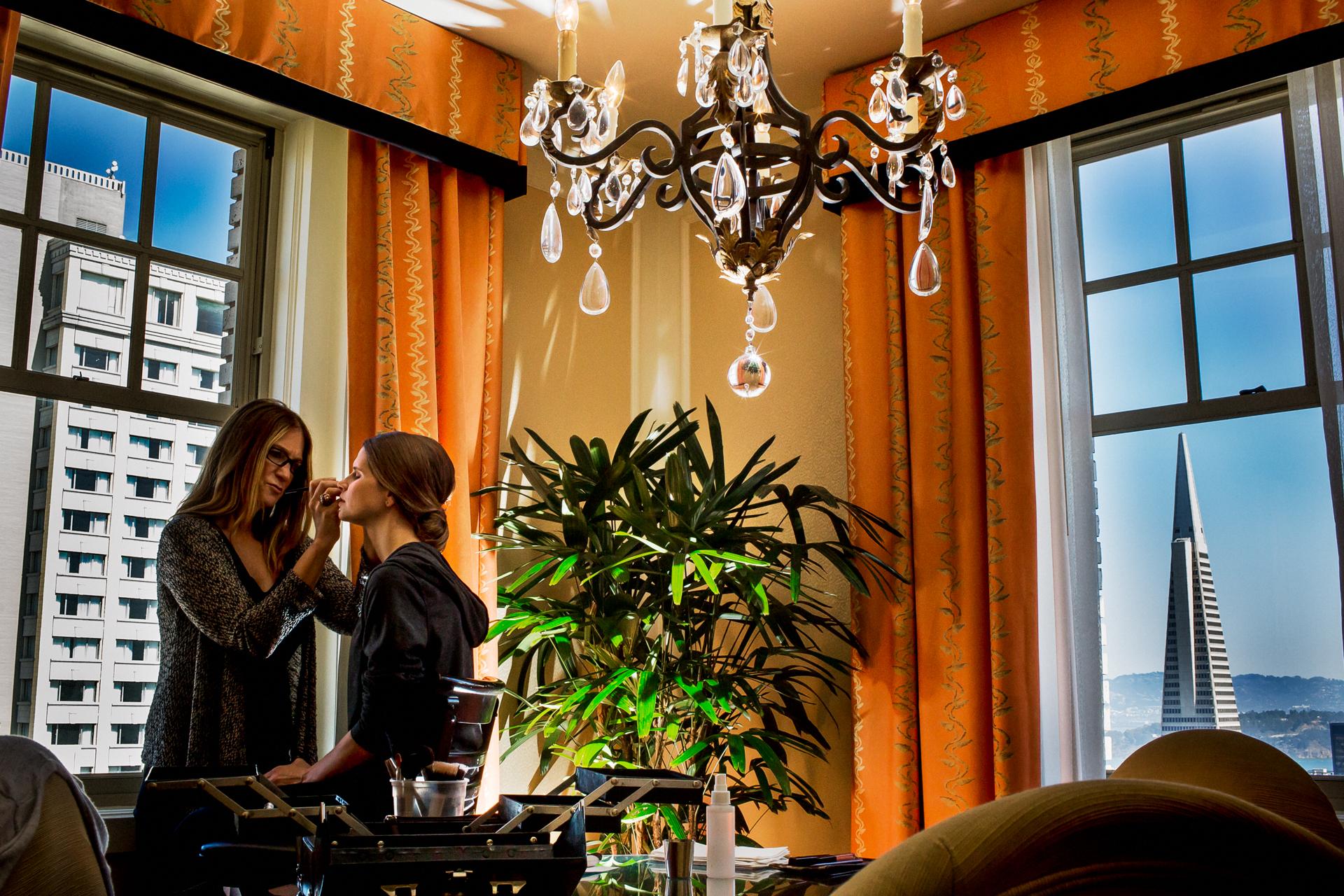 San Francisco, CA Imágenes de Elopement   La novia preparándose en una suite clásica de hotel en Nob Hill con una hermosa vista del centro de San Francisco