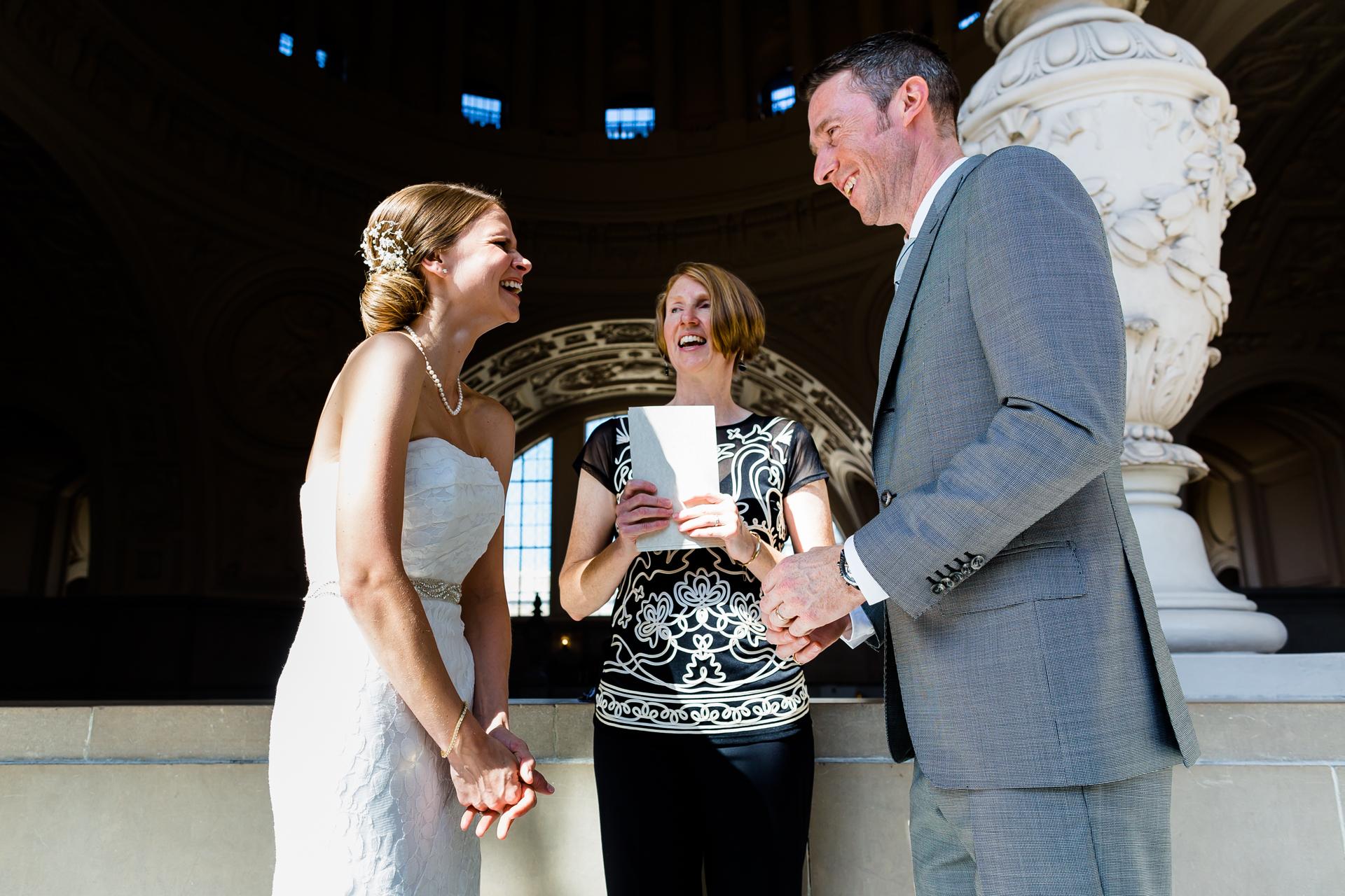SF, CA Imagen de la ceremonia de entrega del ayuntamiento   Una buena broma para animar a la novia.
