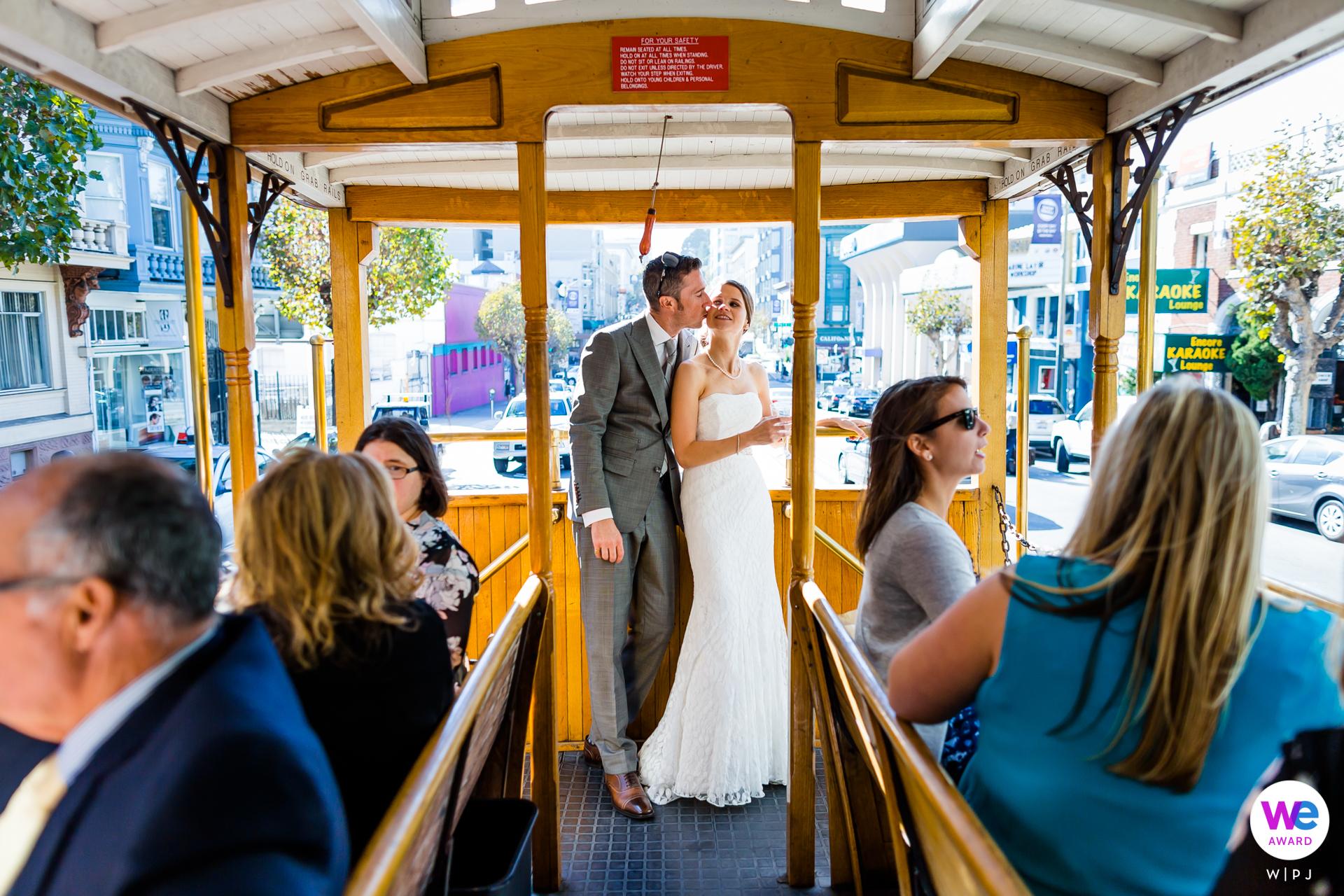Ayuntamiento de San Francisco, California Elopement Picture Story   Los invitados y las familias fueron invitados a un paseo en teleférico por la ciudad después de la ceremonia.