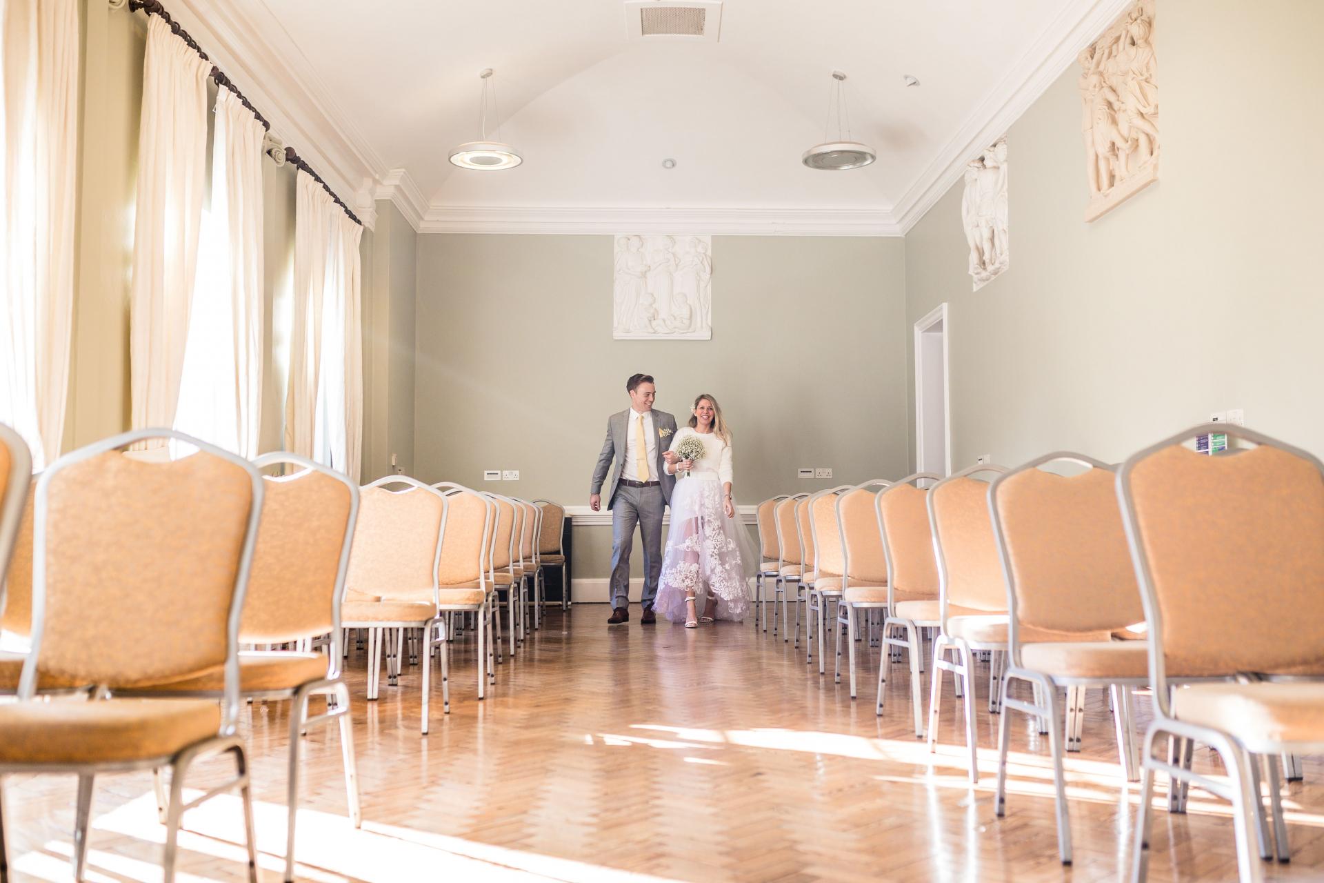 York House Twickenham, Richmond nach Themse - Elopement Foto | Braut und Bräutigam kamen Hand in Hand zu ihrer Zeremonie, während ihr Lieblingslied spielt. Es war ein emotionaler Moment voller Aufregung für sie