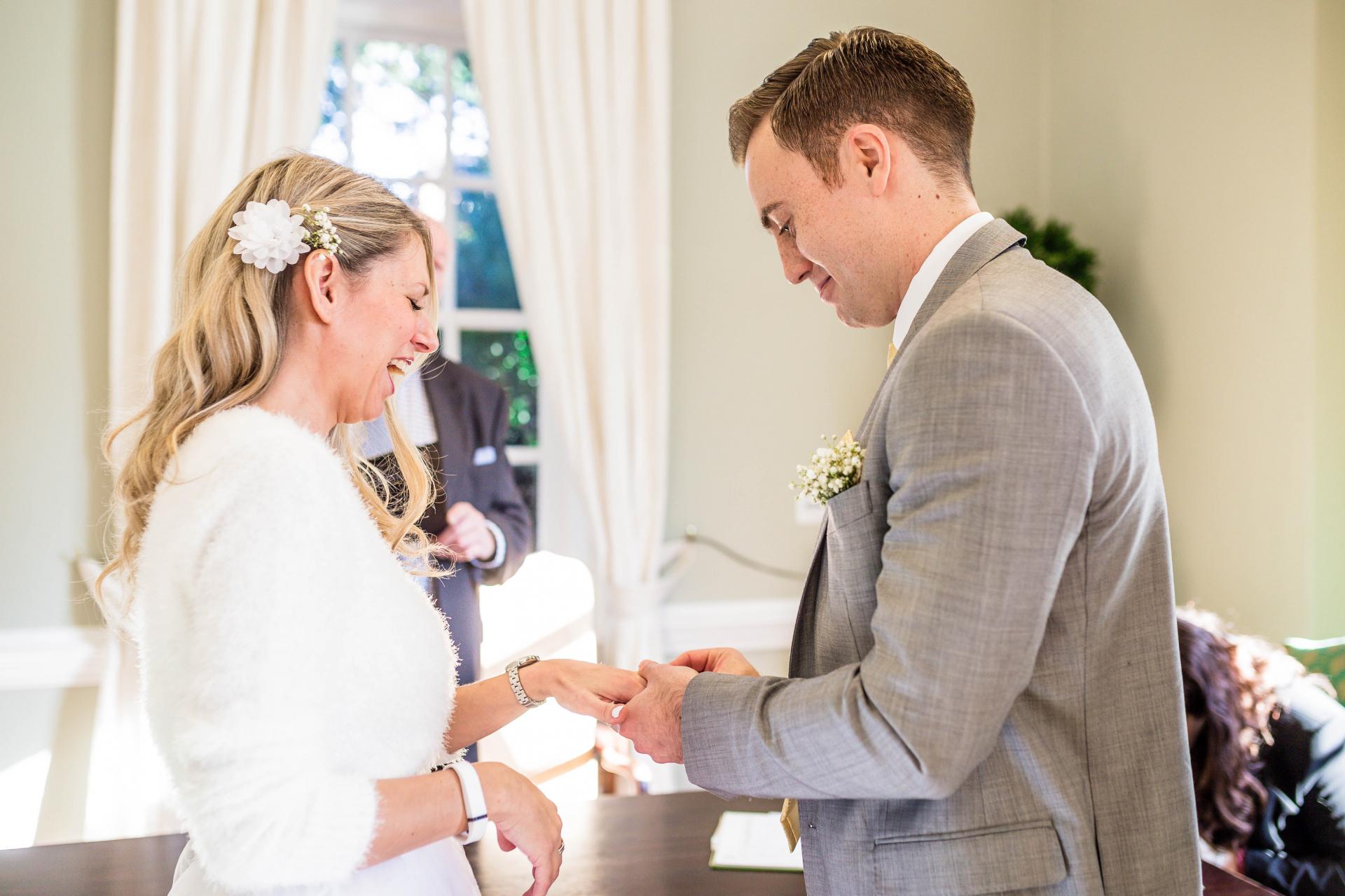 Richmond upon Thames, London Elopement Ceremony Image | Der Austausch von Ringen brachte die Braut zum Lächeln, da es ein lang erwarteter Moment für sie war