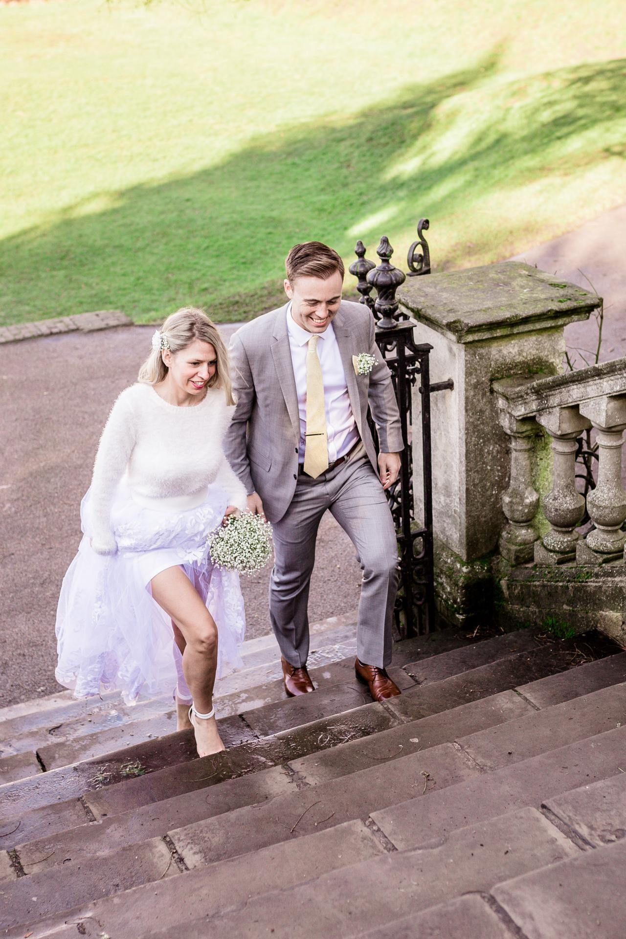 York House Twickenham Elopement Paar Bild | Neue Freunde kommen in die Gärten des York House, um einen Blick auf die wunderschöne englische Natur zu werfen und Hochzeitsfotos zu machen