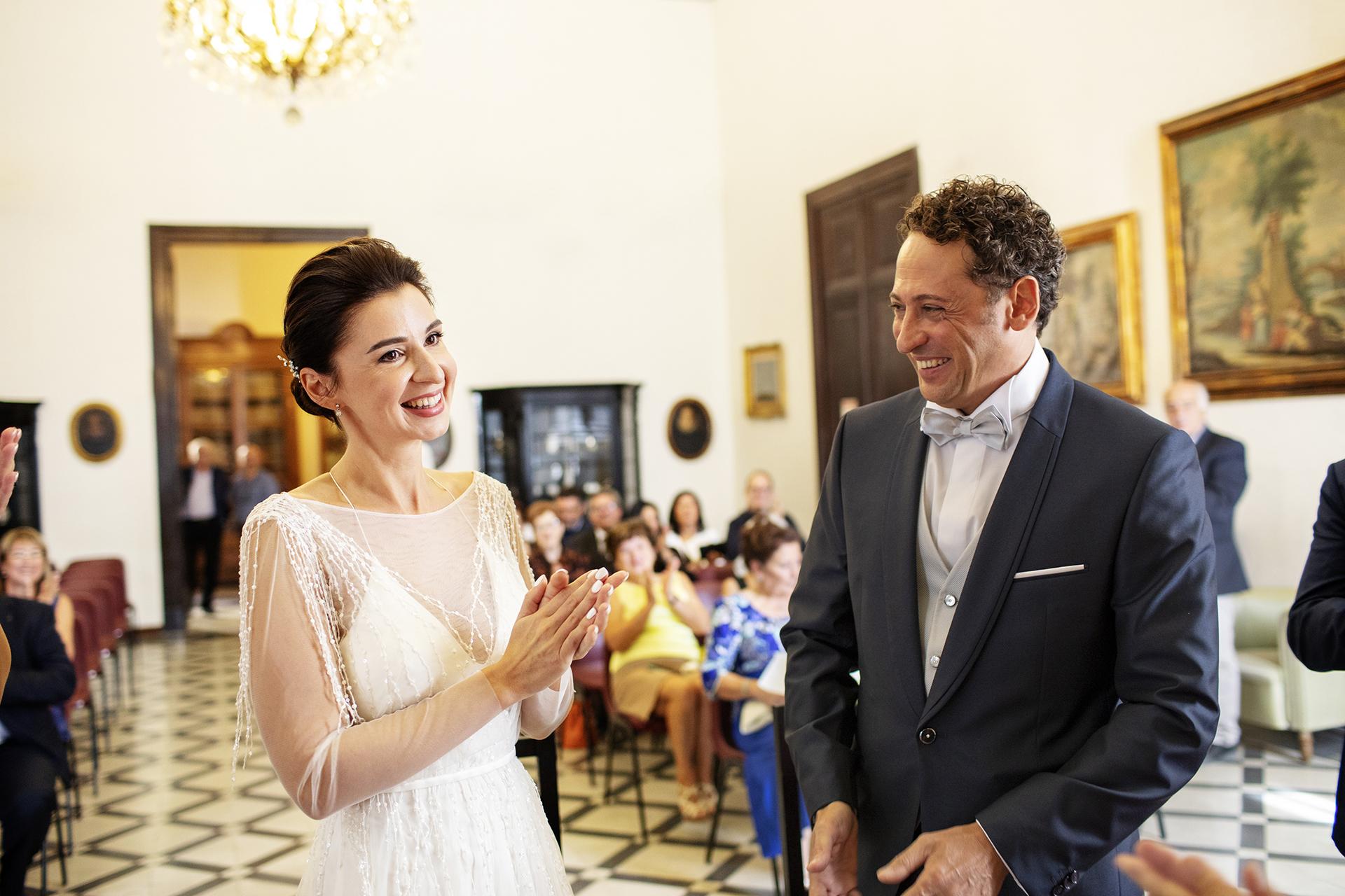 Trapani, Sicilië, Italië Elopement Fotograaf | Tijdens de huwelijksceremonie van het gemeentehuis waren er mooie momenten van emotie. Veel glimlachen volgen elkaar op.