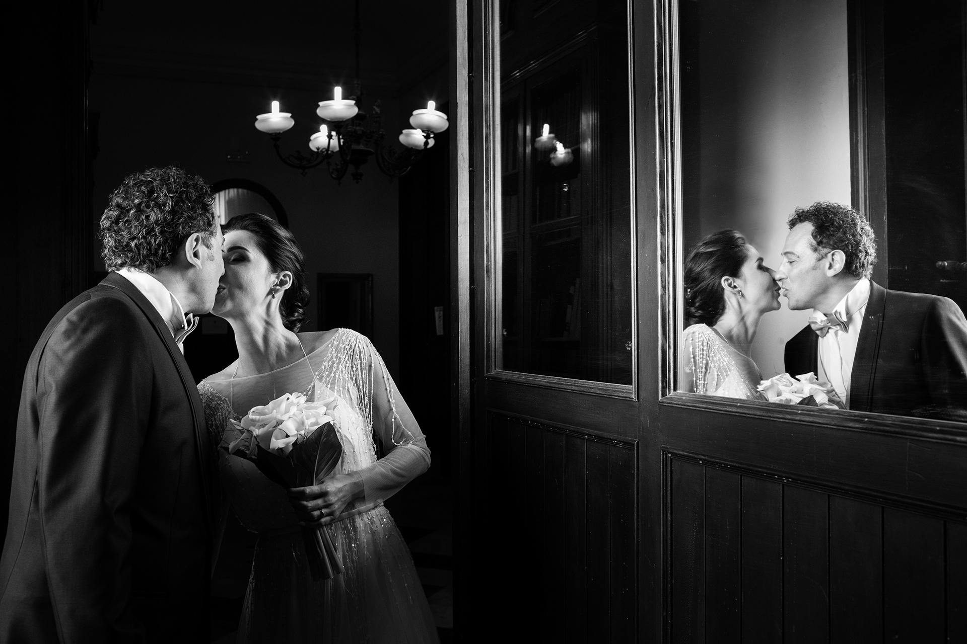 Trapani, Sicilië, Italië Elopement Trouwfoto's | Het pasgetrouwde stel steelt een kus na hun kleine, intieme huwelijksceremonie in het gemeentehuis