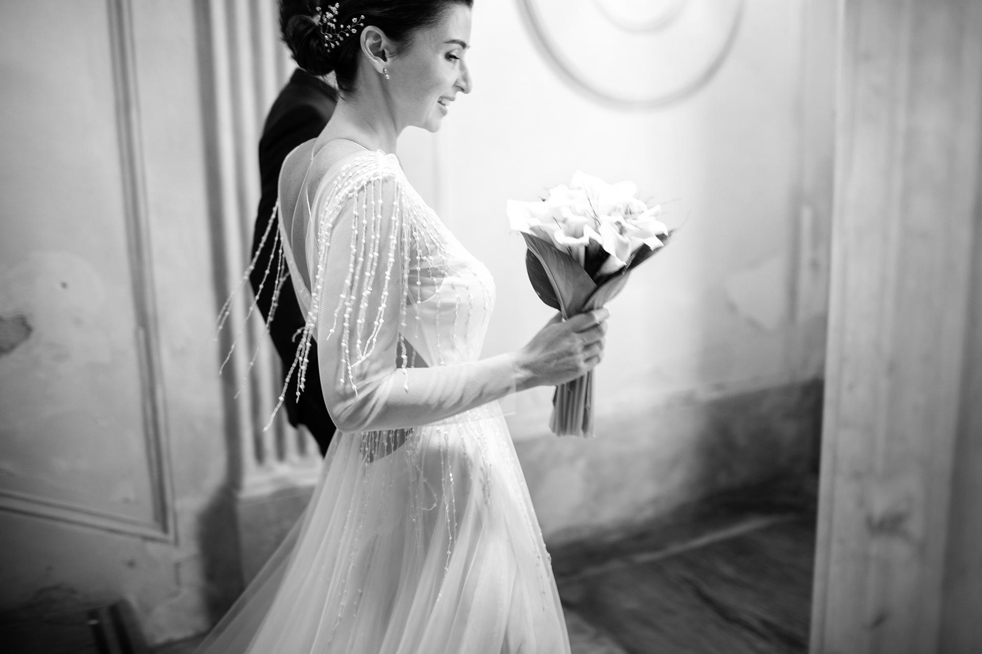 Trapani, Sicilië, Italië Bruiloft schaking bruid en bruidegom afbeelding | Het opgewonden gezicht van de bruid die met haar man in Trapani loopt in deze zwart-witfoto