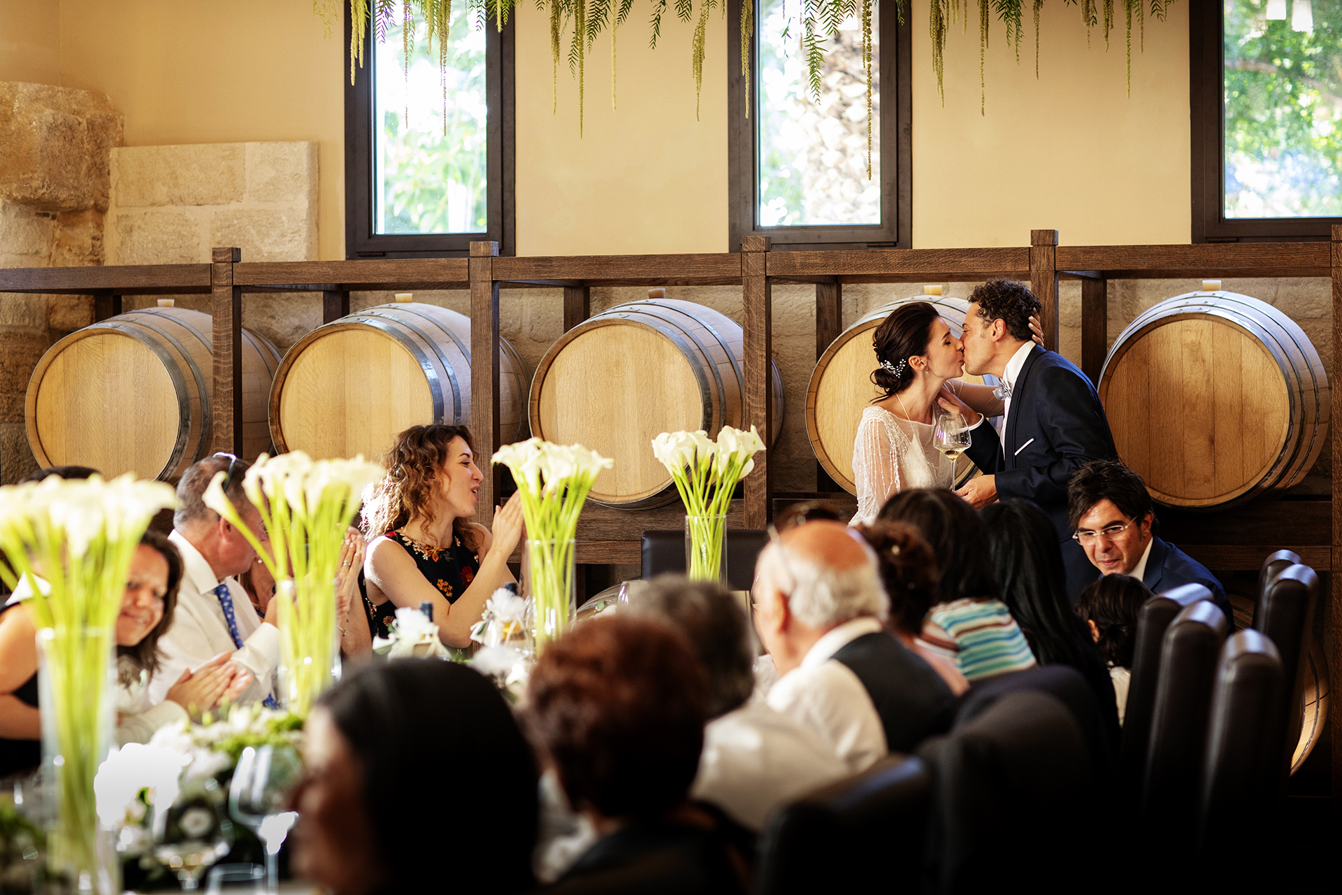 Trapani, Sicilië, Italië Elopement Reception Image | De receptie vond plaats in de Baglio Sorìa, waar iedereen aan één tafel zat