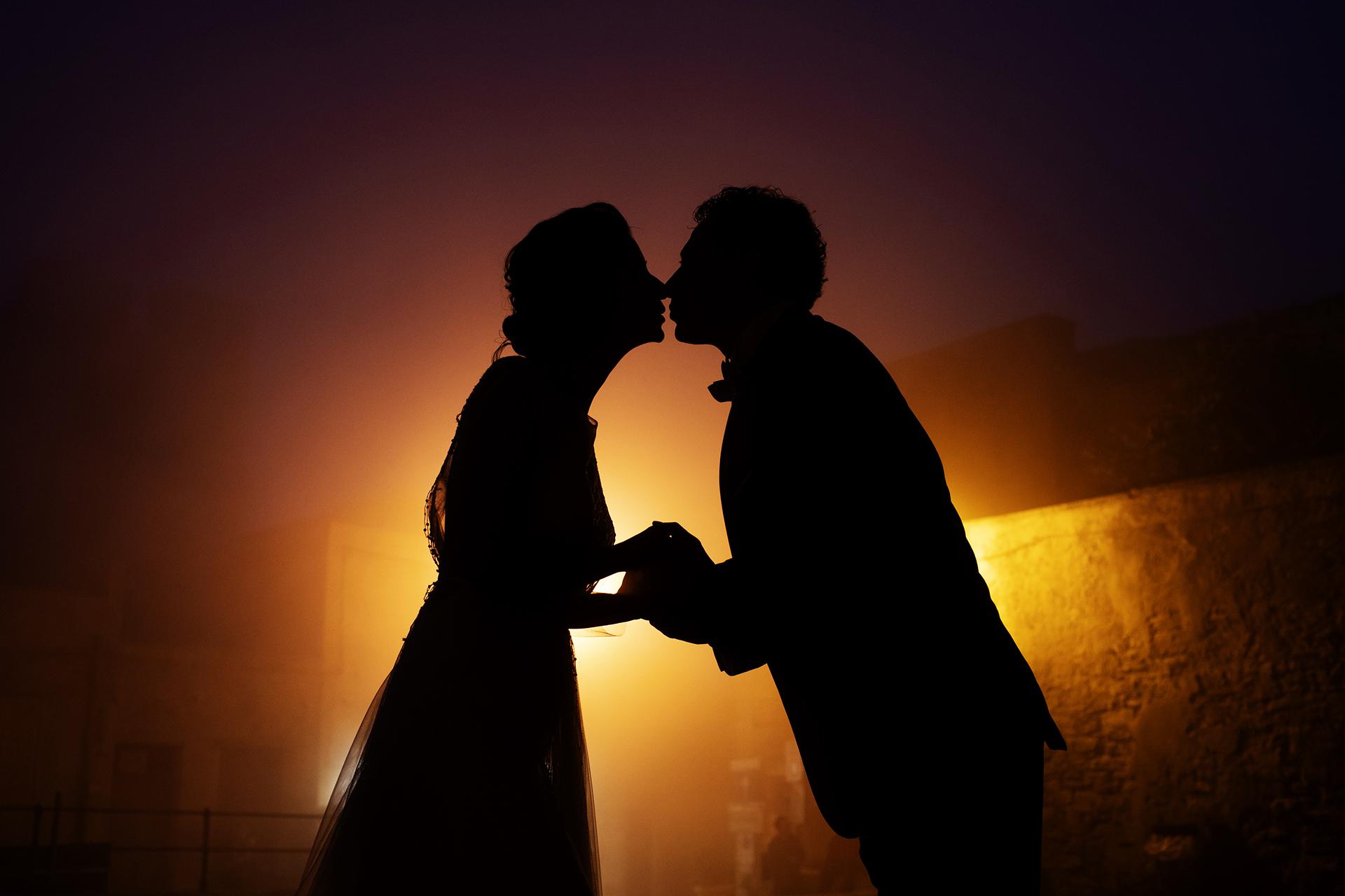 Sicilië, Italië Kleine bruidspaar portret | Een fotoshoot van de bruiloft op de berg Erice met de suggestieve mist
