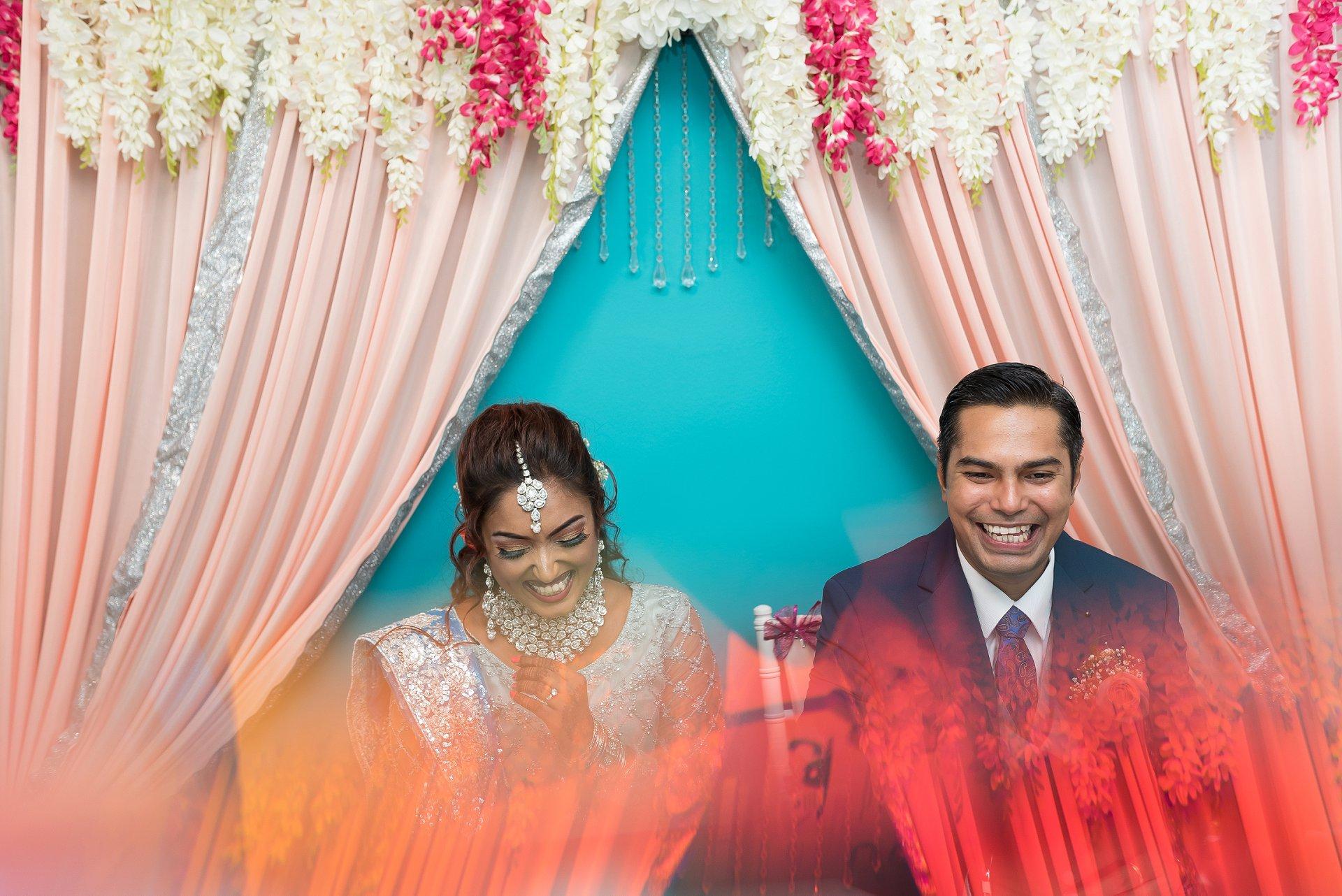 COVID-19 Bruiloft in Singapore - schakingfotografie | Het paar wacht in de woonkamer op het begin van de huwelijksvoltrekking