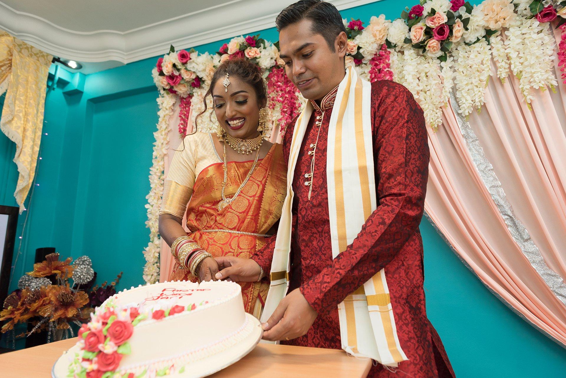 COVID-19 Singapore schaking bruiloft afbeeldingen | Ze gaan dan verder naar de ceremonie van het snijden van de bruidstaart