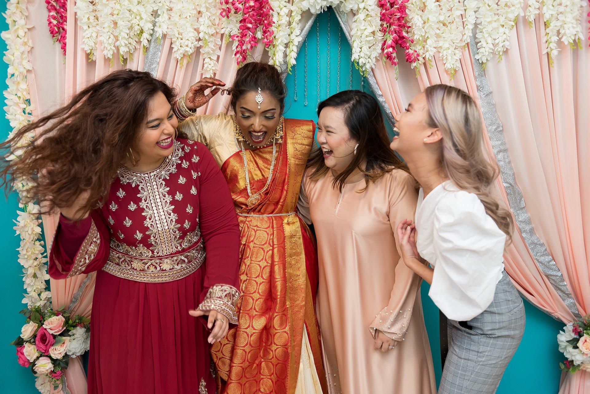 COVID-19 Elopement Photography uit Singapore | De bruid en haar collega's hebben plezier