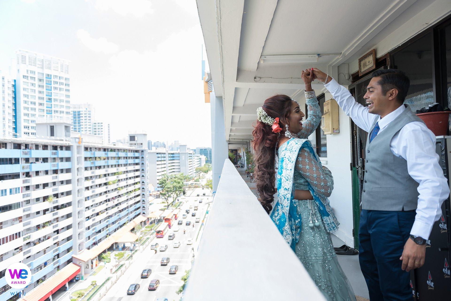 COVID-19 Wedding in Singapore - Elopement Photo Story | casual paar schieten net buiten hun huis