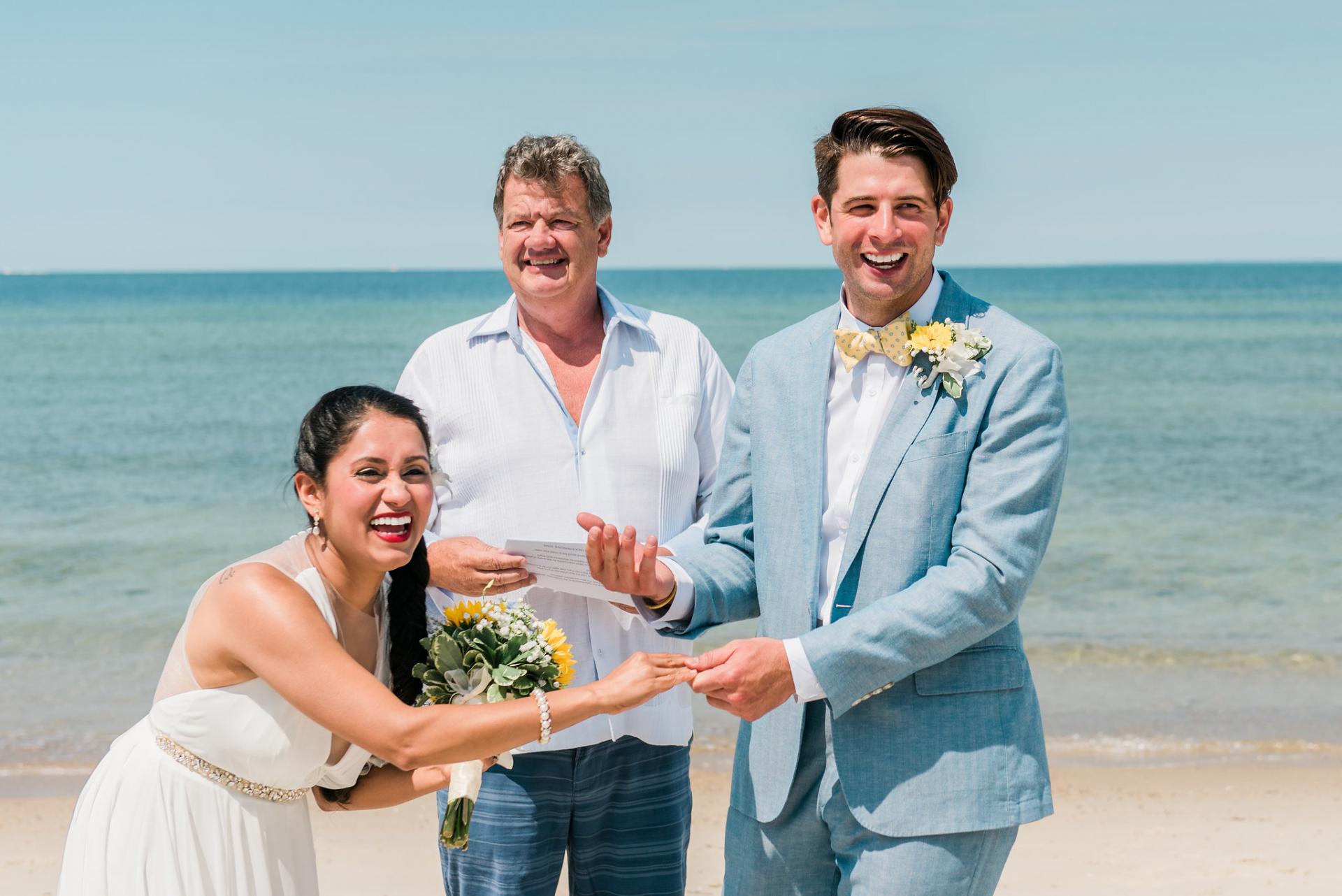 Falmouth, MA Strand Hochzeit Elopement Zeremonie Bild | Nachdem sie Ehemann und Ehefrau bekannt gegeben haben, stellen alle fest, dass sie vergessen haben, den Ringaustausch durchzuführen