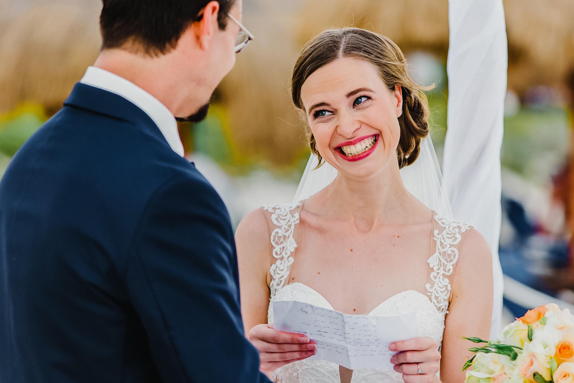 Imagens de cerimônia de casamento na praia de Cancun México | os olhos dela brilham enquanto ela e o noivo trocam votos na praia