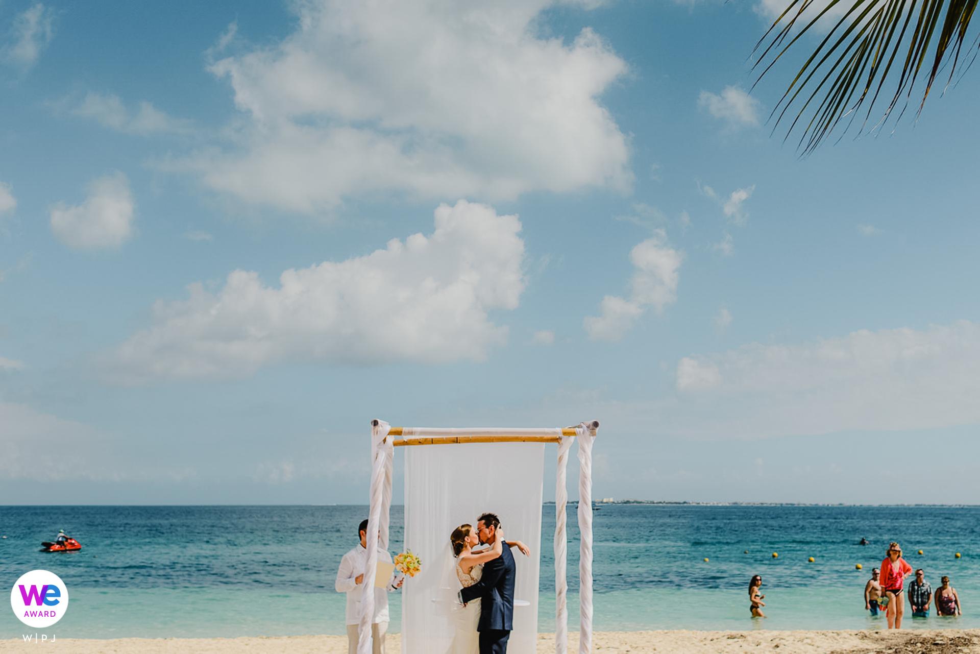 Excellence Playa Mujeres, Cancun, México Elopement Photo Story | seu primeiro beijo como marido e mulher