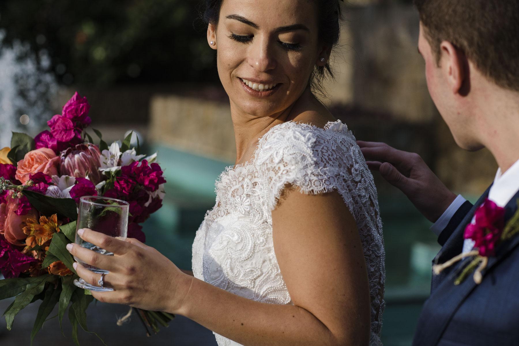 Rio de Janeiro - Brésil Elopement Bride and Groom Photo | Après le premier coup d'oeil, il l'aide avec les derniers détails de la robe de mariée