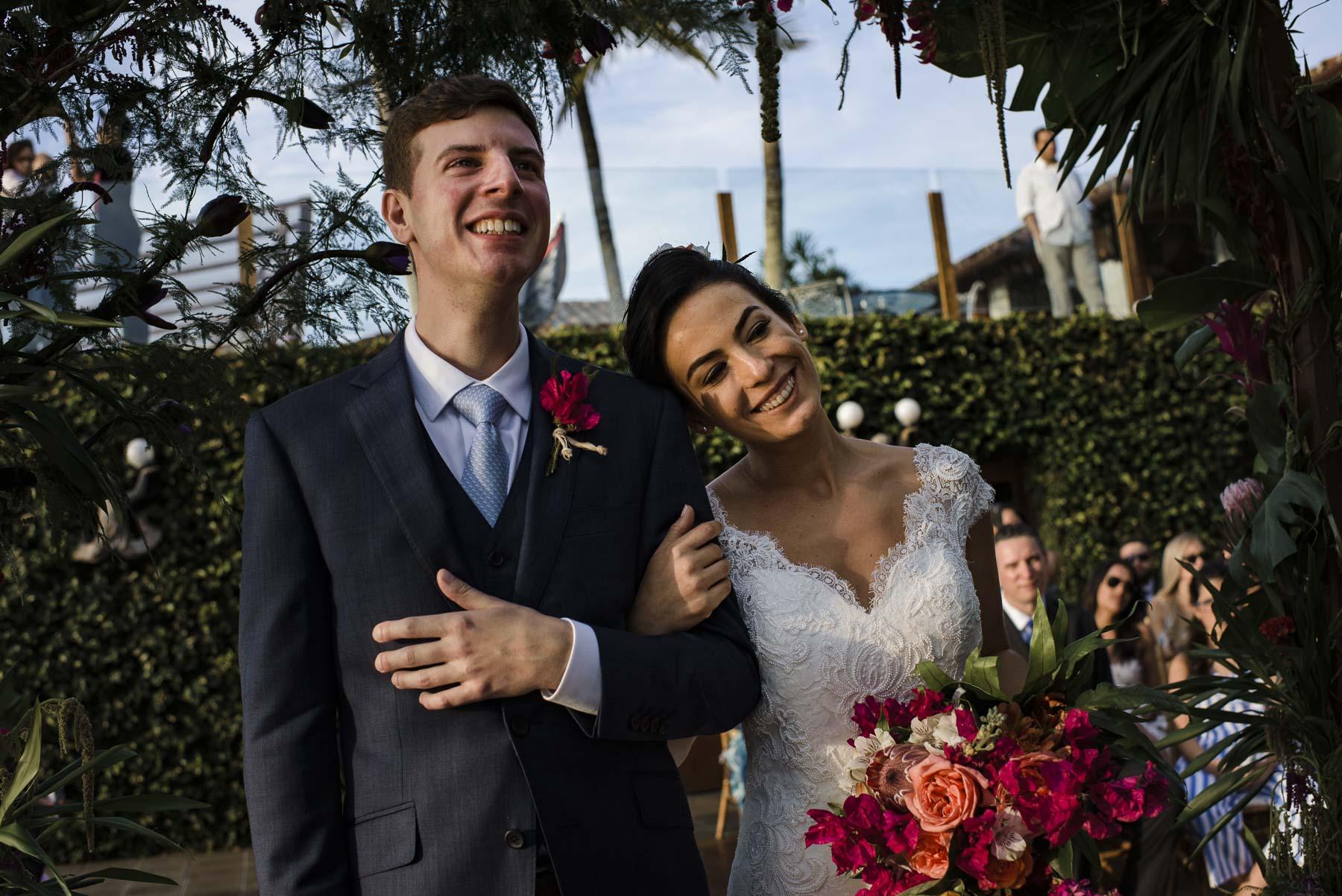 Cérémonie de mariage Elopement de Rio de Janeiro Picture | Alors que la mariée pose sa tête sur l'épaule du marié pendant la cérémonie