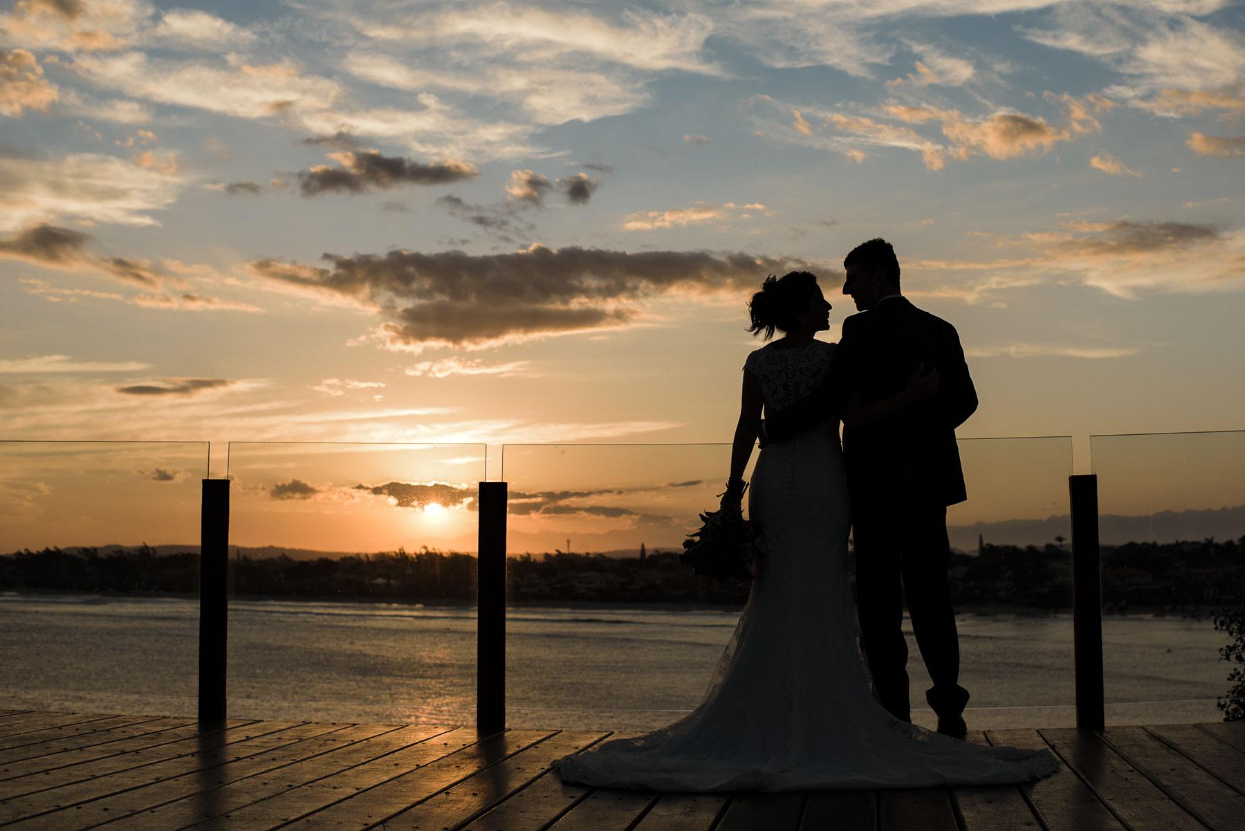 Brésil Elopement Portrait de mariage de la mariée et le marié | ce portrait a été pris avec le magnifique coucher de soleil inspirant