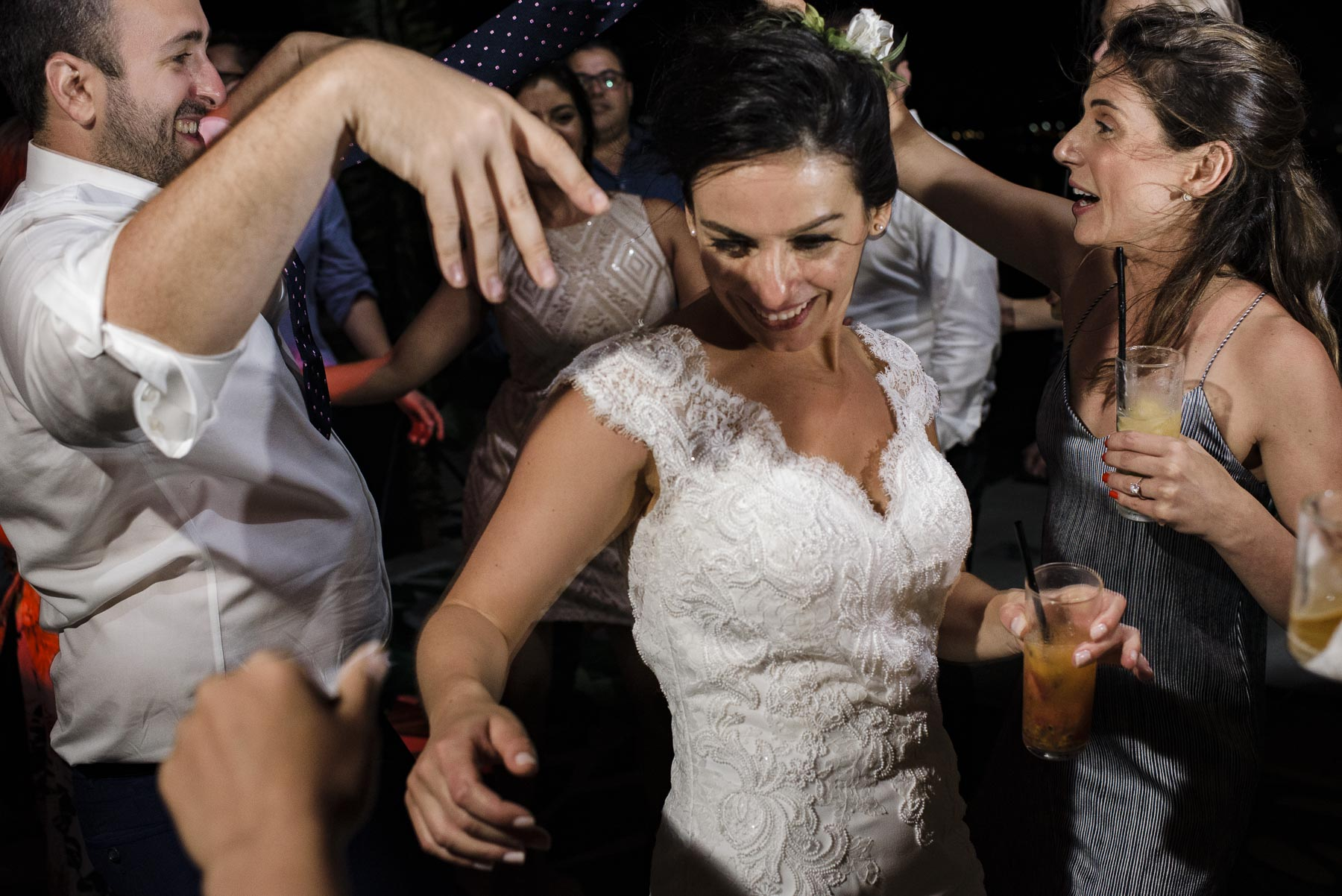 Brésil Elopement Réception Party Photo | Une piste de danse intimiste, mais en feu lors du mariage de ce couple passionné