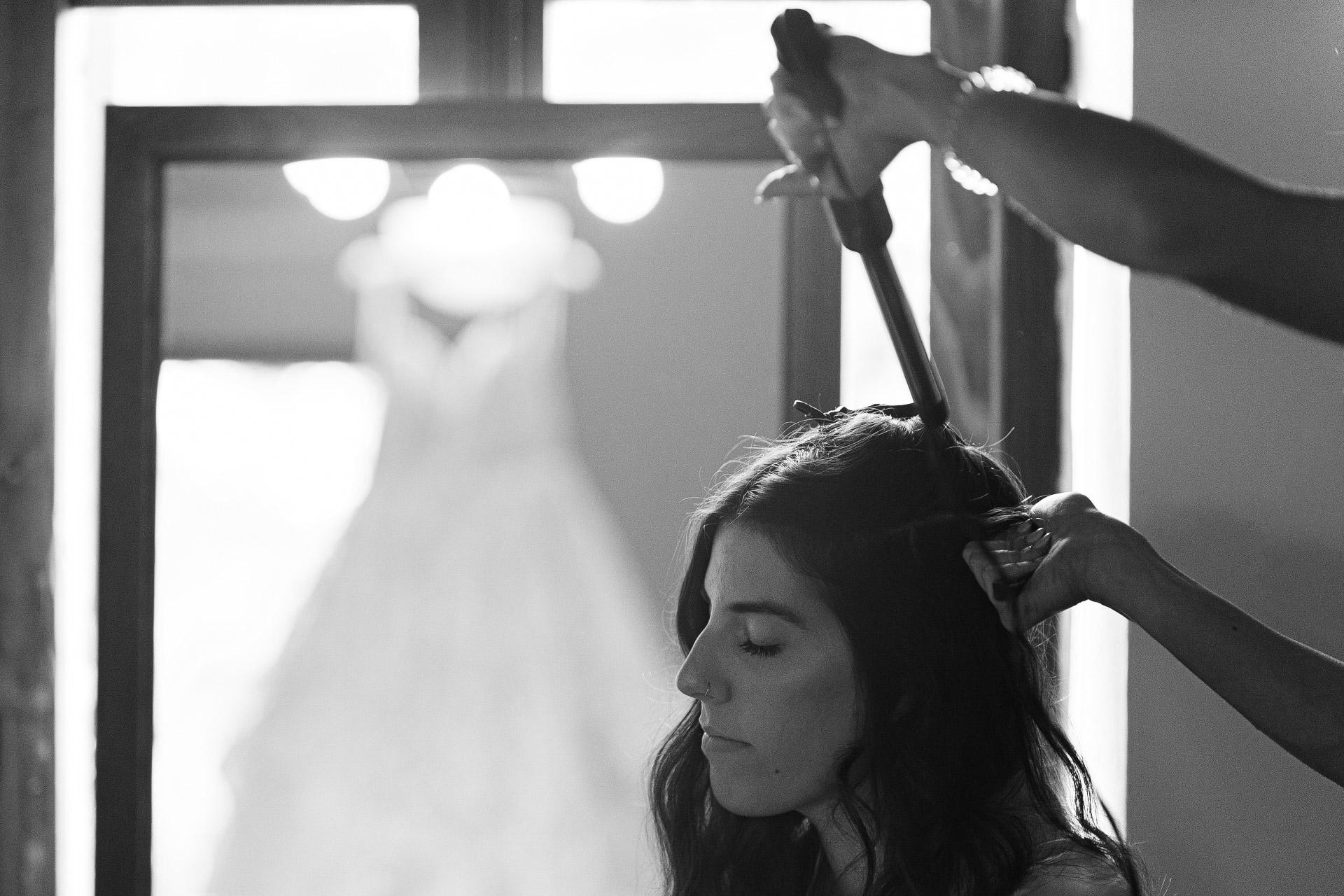 Arezzo Hochzeit, Toskana, IT Elopement Image | die Braut, entspannt während der Vorbereitung