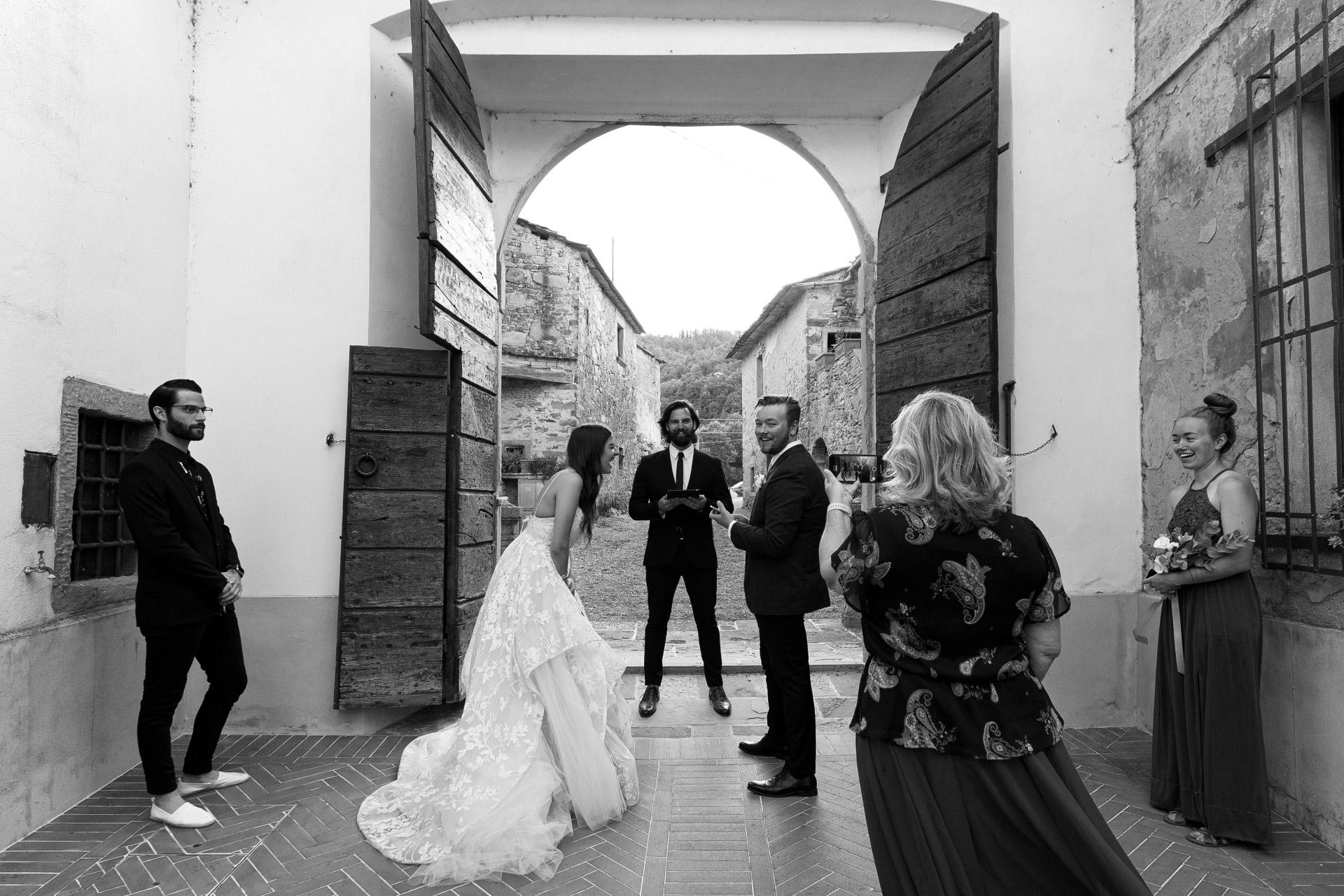 Arezzo Elopement, Toskana, IT Hochzeitszeremonie Fotografie | Alle lachten während der Überfahrt eines Provinzzuges hinter dem Zelebranten