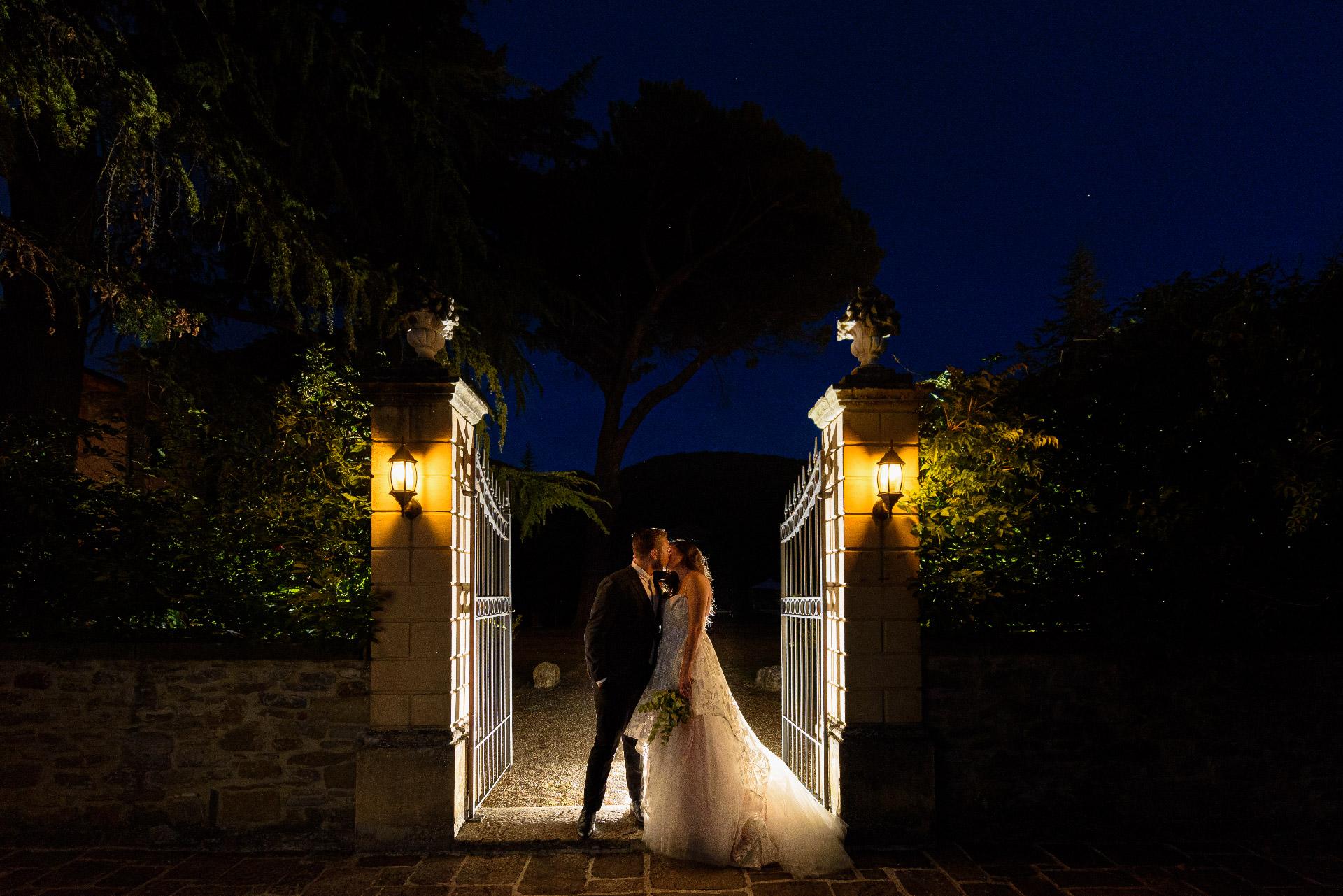 Toskana, IT Hochzeitsporträt der Braut und des Bräutigams | Braut und Bräutigam küssen sich