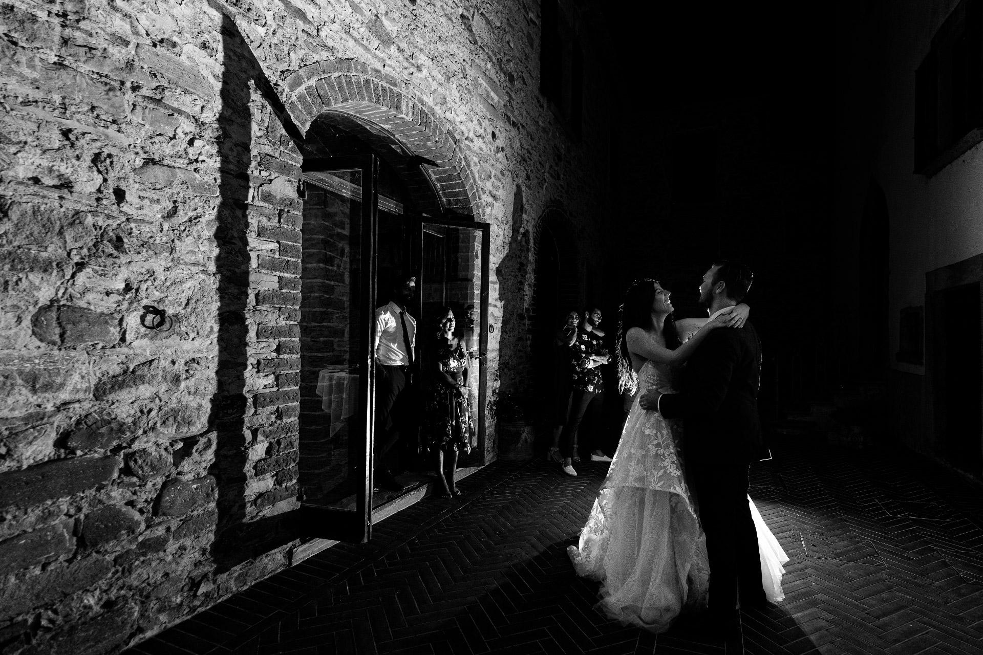 Toskana, Italien Hochzeit Elopement Tanz Bild | Schwarzweiss-Braut und Bräutigambild in der Nacht