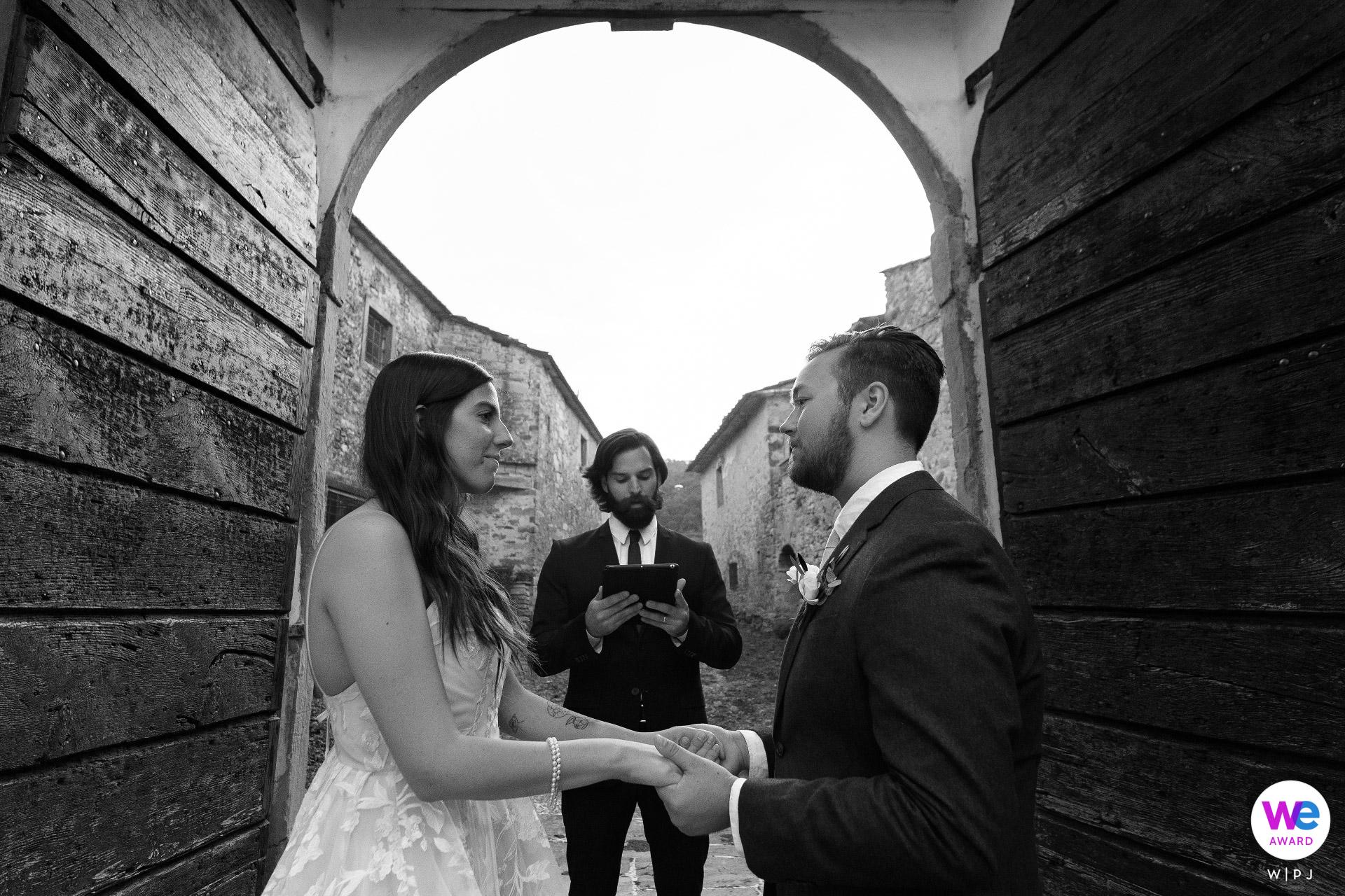 La Fattoria di Baciano, Arezzo, Toskana, IT Elopement Fotos | Braut und Bräutigam schauen sich in die Augen