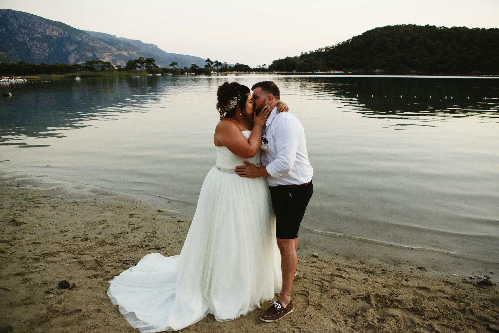 Billy's Beach, Fethiye, Mugla, Turquía Retrato de pareja de novios | Al atardecer, hicimos una rápida sesión en pareja en la playa.