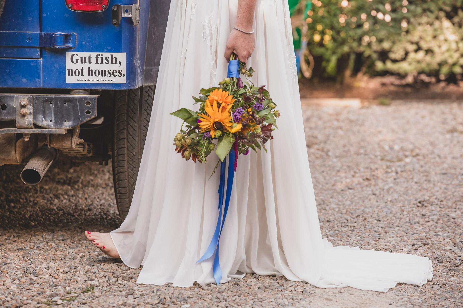 Nantucket Island Elopement Fleurs, Robe Détail Image | Détails d'un bouquet fait à partir des fleurs fraîches de la ferme et de la vieille jeep du père de la mariée