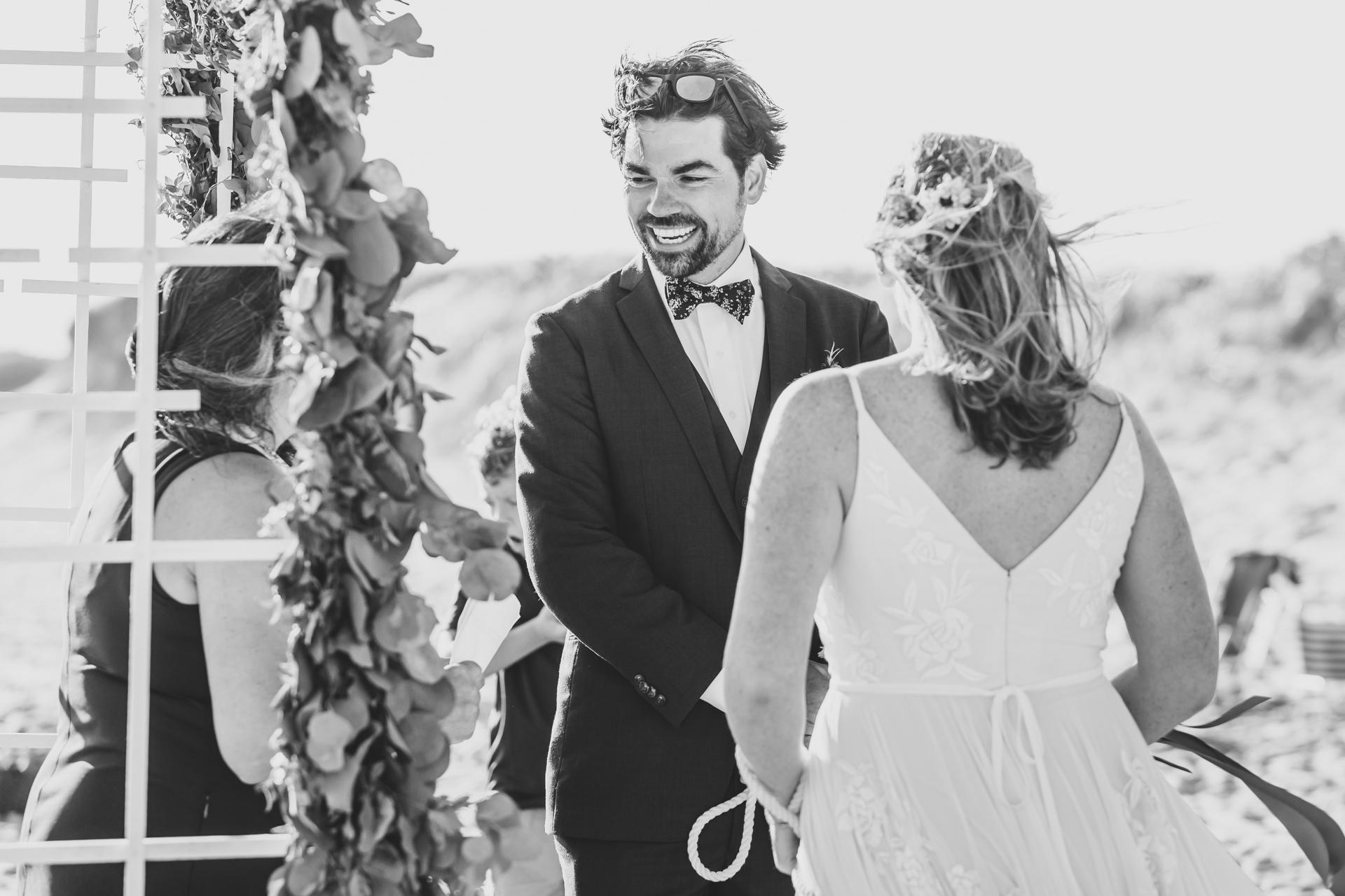 Nantucket Island Elopement Ceremony Photo | mariée et le marié lors de la cérémonie au bord de la mer