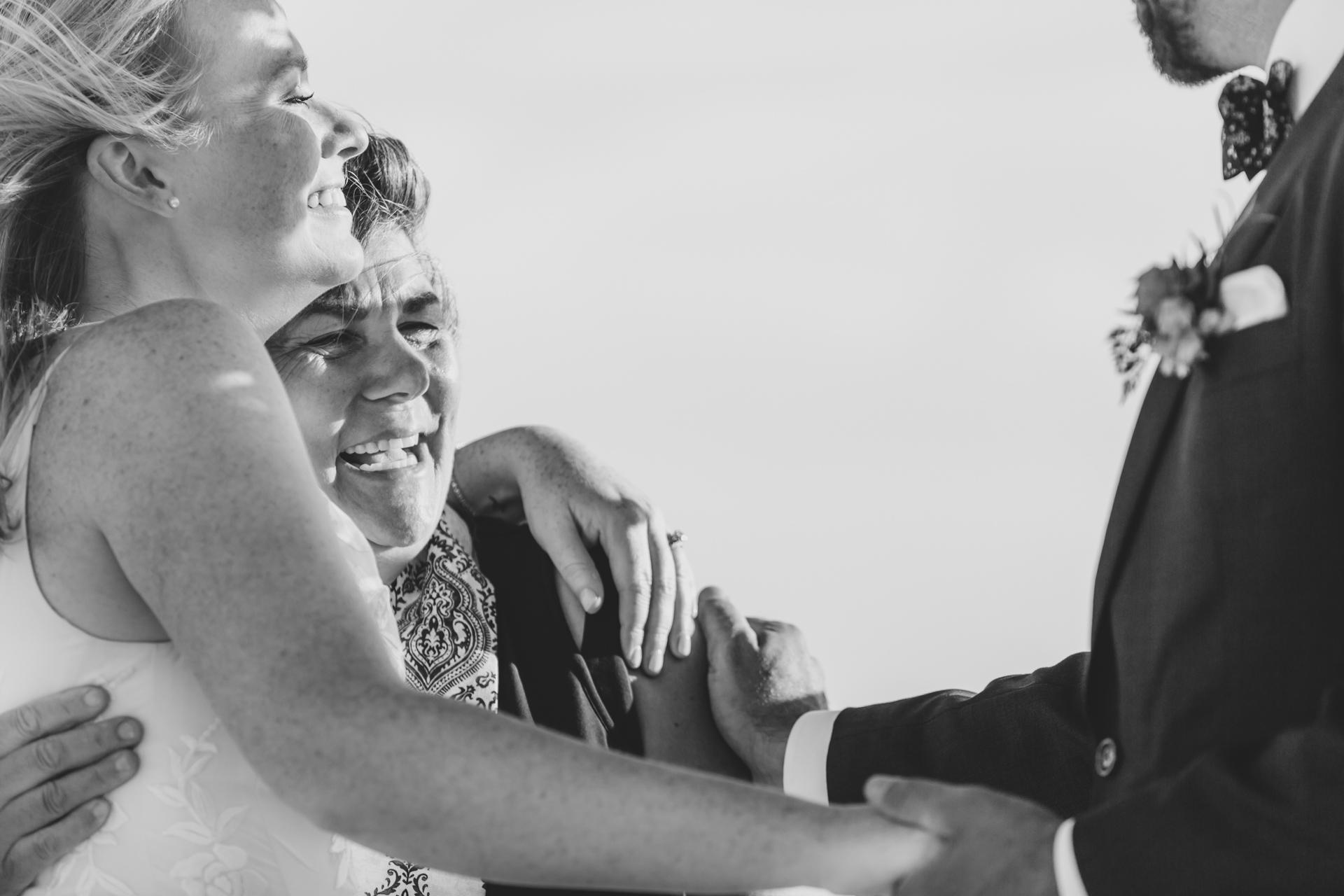 Cérémonie d'élimination de MA Beach Image | Une étreinte spontanée lors d'un moment émotionnel