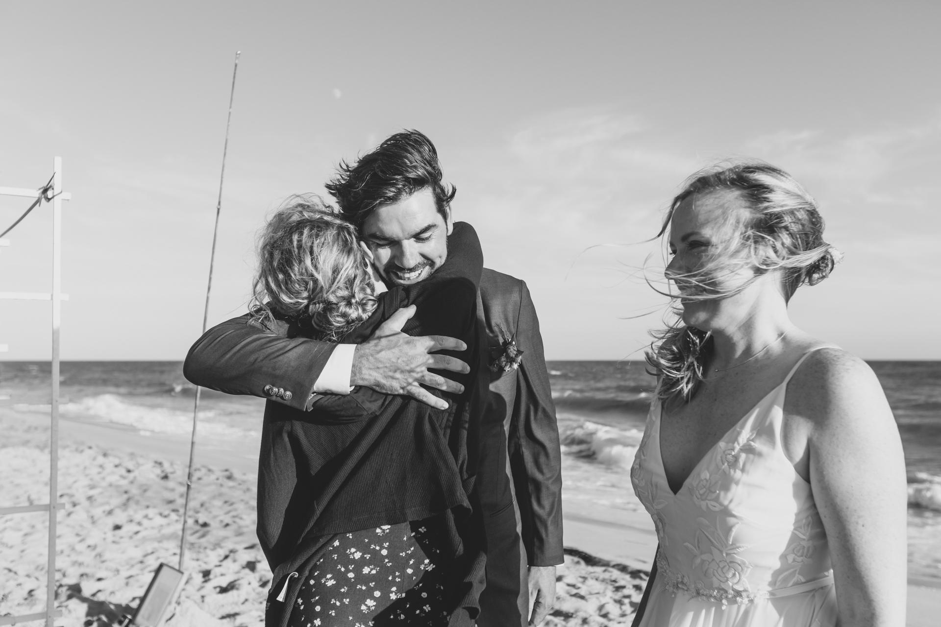 Photographe de mariage MA Beach | Des câlins après la cérémonie