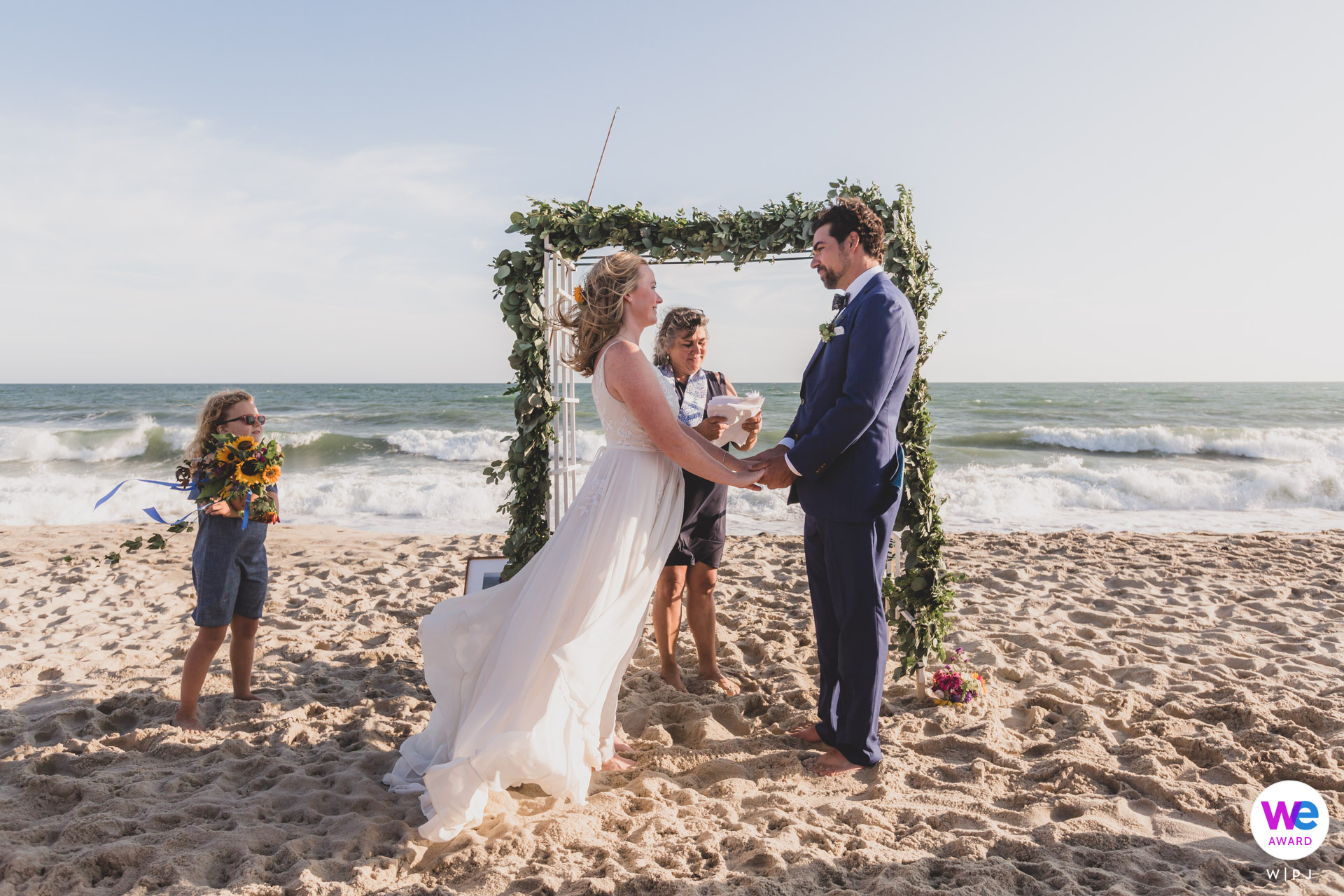 Ladies Beach, Nantucket Island, MA Photographe Elopement | Le couple a échangé ses vœux à Ladies Beach avec des vagues se brisant sur le rivage