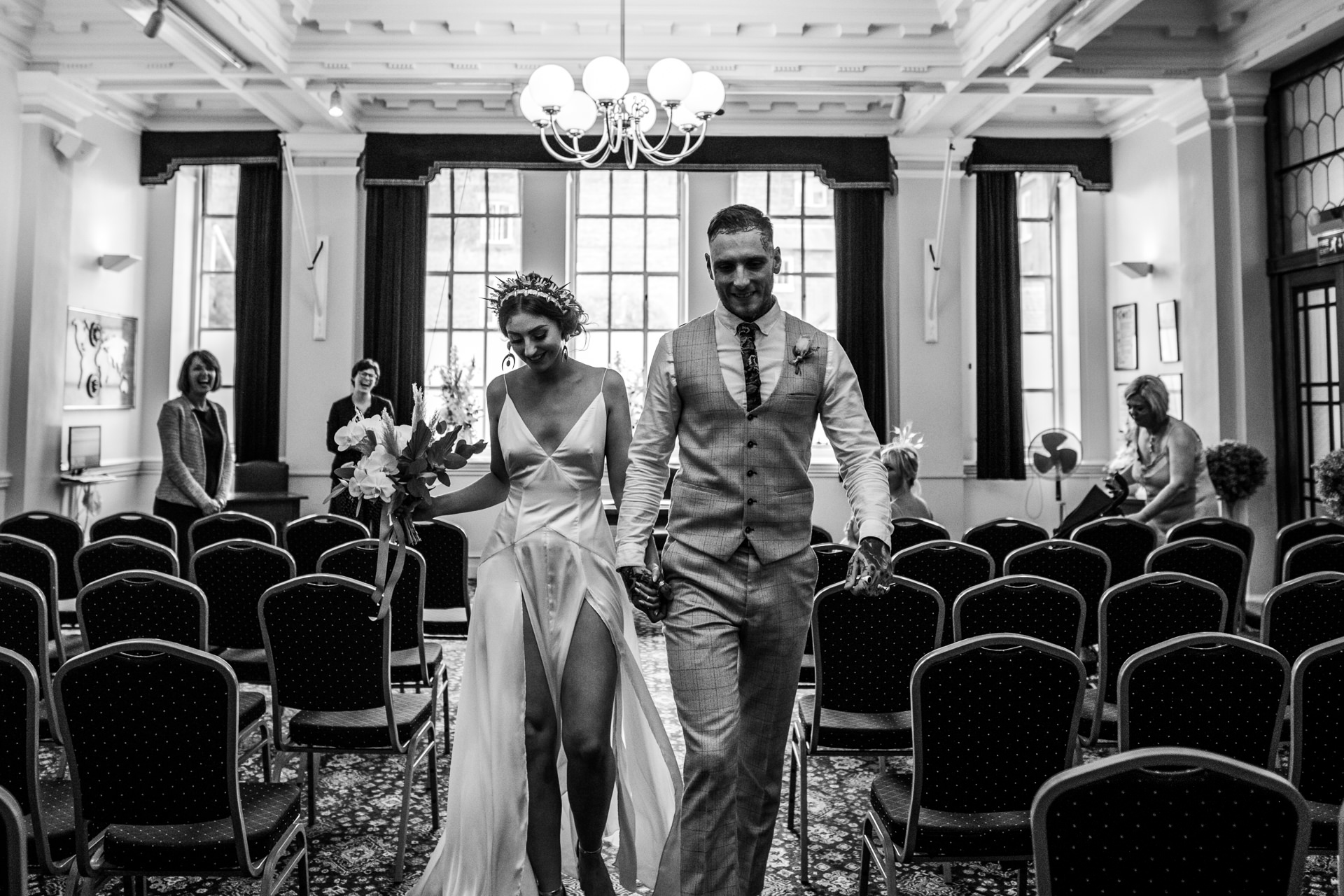 Hull Guildhall, East Yorkshire, UK Elopement Photographer | gli sposi escono dalla cerimonia eccitati