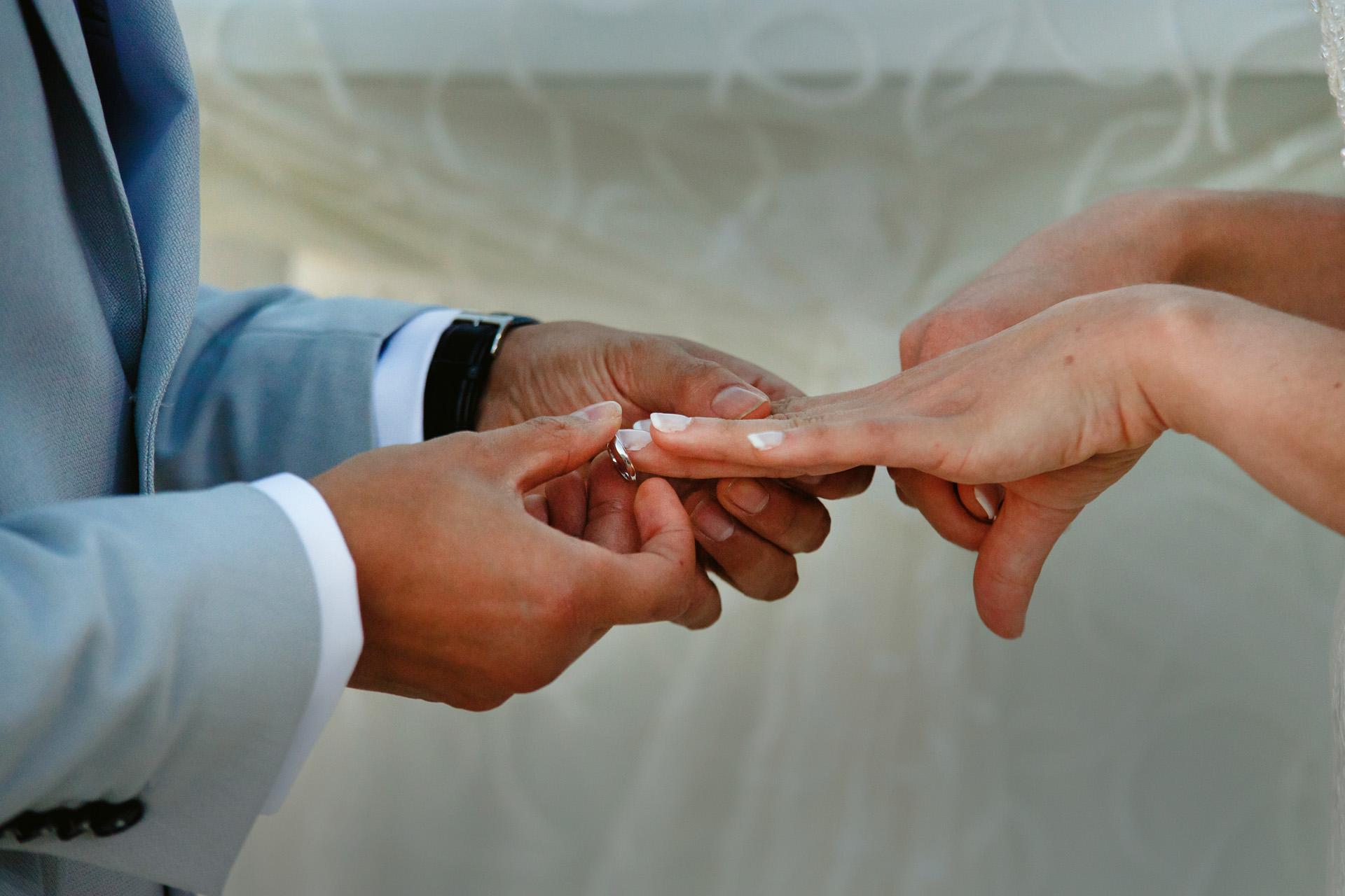 Elopement à Kyrenia, Chypre - Photo de la cérémonie du Ring | la dernière partie a été l'échange d'anneaux